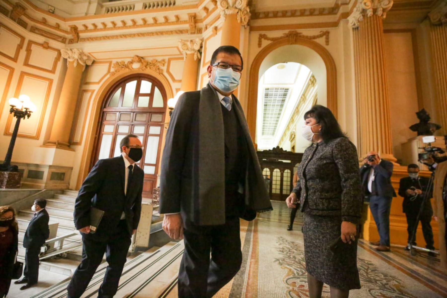 Ministro de Agricultura y Riego, Jorge Montenegro, llega a sede del Congreso junto al gabinete ministerial para solicitar el voto de confianza. Foto: ANDINA/PCM