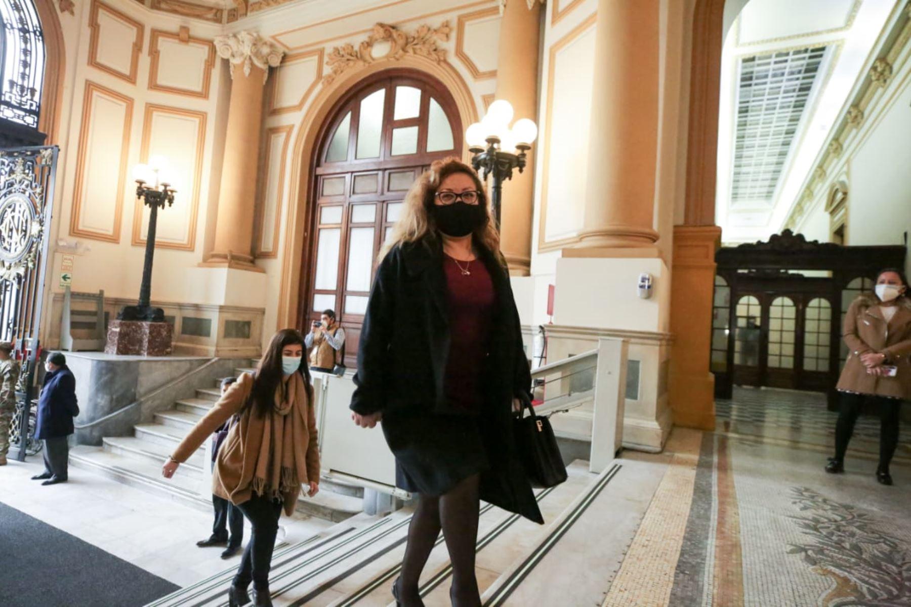 Ministra de Ambiente, Kirla Echegaray, llega a sede del Congreso junto al gabinete ministerial para solicitar el voto de confianza. Foto: ANDINA/PCM