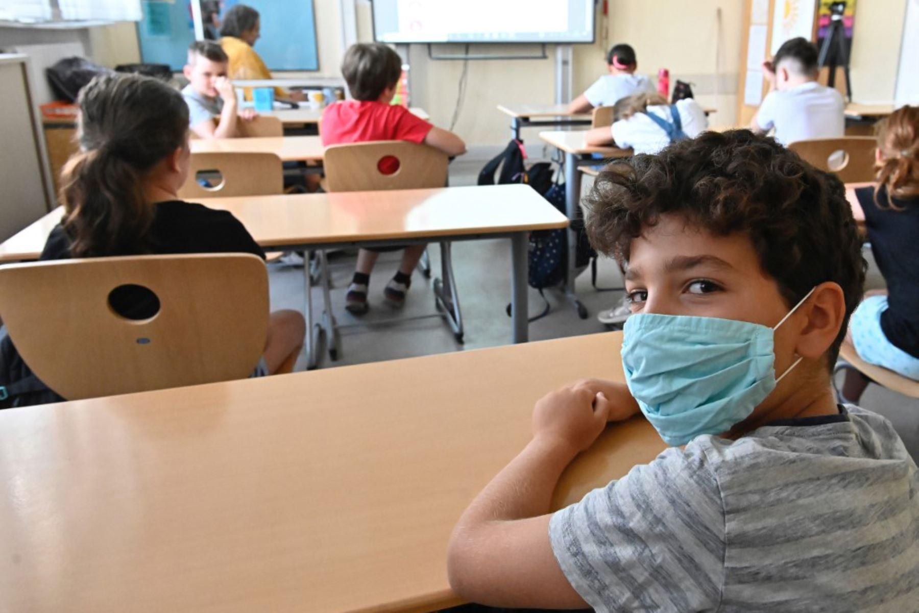 Un estudiante lleva una máscara protectora en su clase de escuela primaria Carl Orff en el oeste de Berlín. Las clases se reanudaron después de las vacaciones de verano en Berlín y varios otros estados alemanes en medio de una pandemia de covid-19.   Foto: AFP