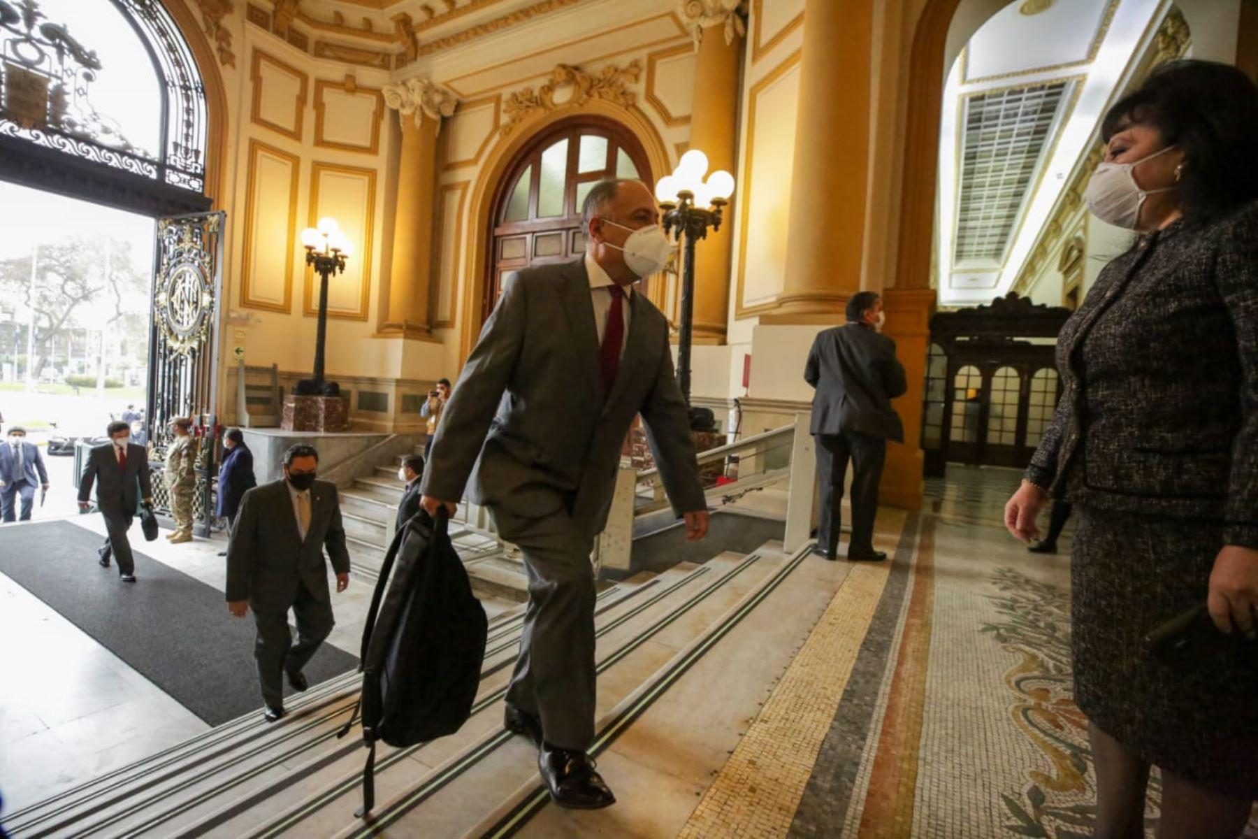 Ministro de Trabajo y Promoción de Empleo, Javier Palacios Gallegos, llega a sede del Congreso junto al gabinete ministerial para solicitar el voto de confianza. Foto: ANDINA/PCM