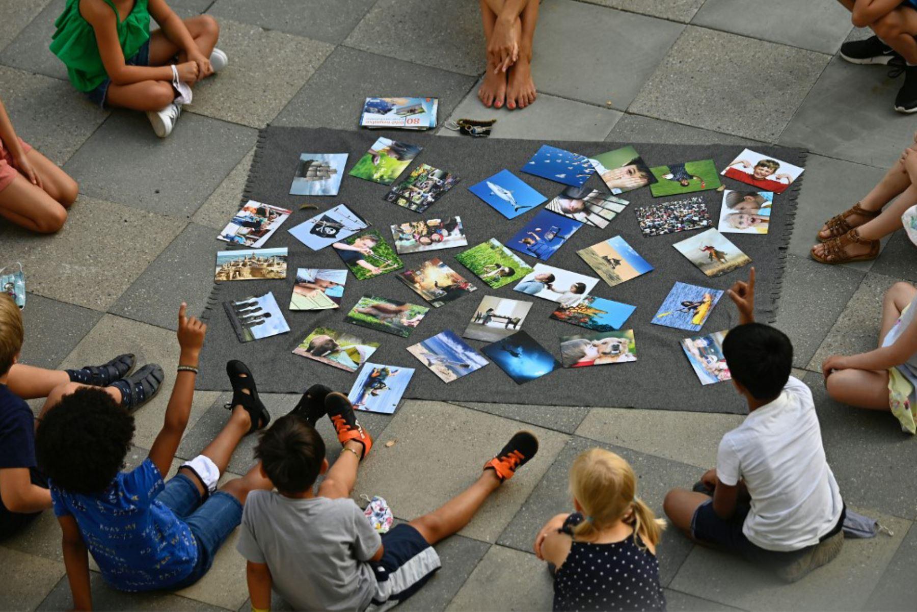 Los estudiantes participan en una clase al aire libre en la escuela primaria Carl Orff en el oeste de Berlín. Las clases se reanudaron después de las vacaciones de verano en Berlín y varios otros estados alemanes en medio de una pandemia de  covid-19.   Foto: AFP