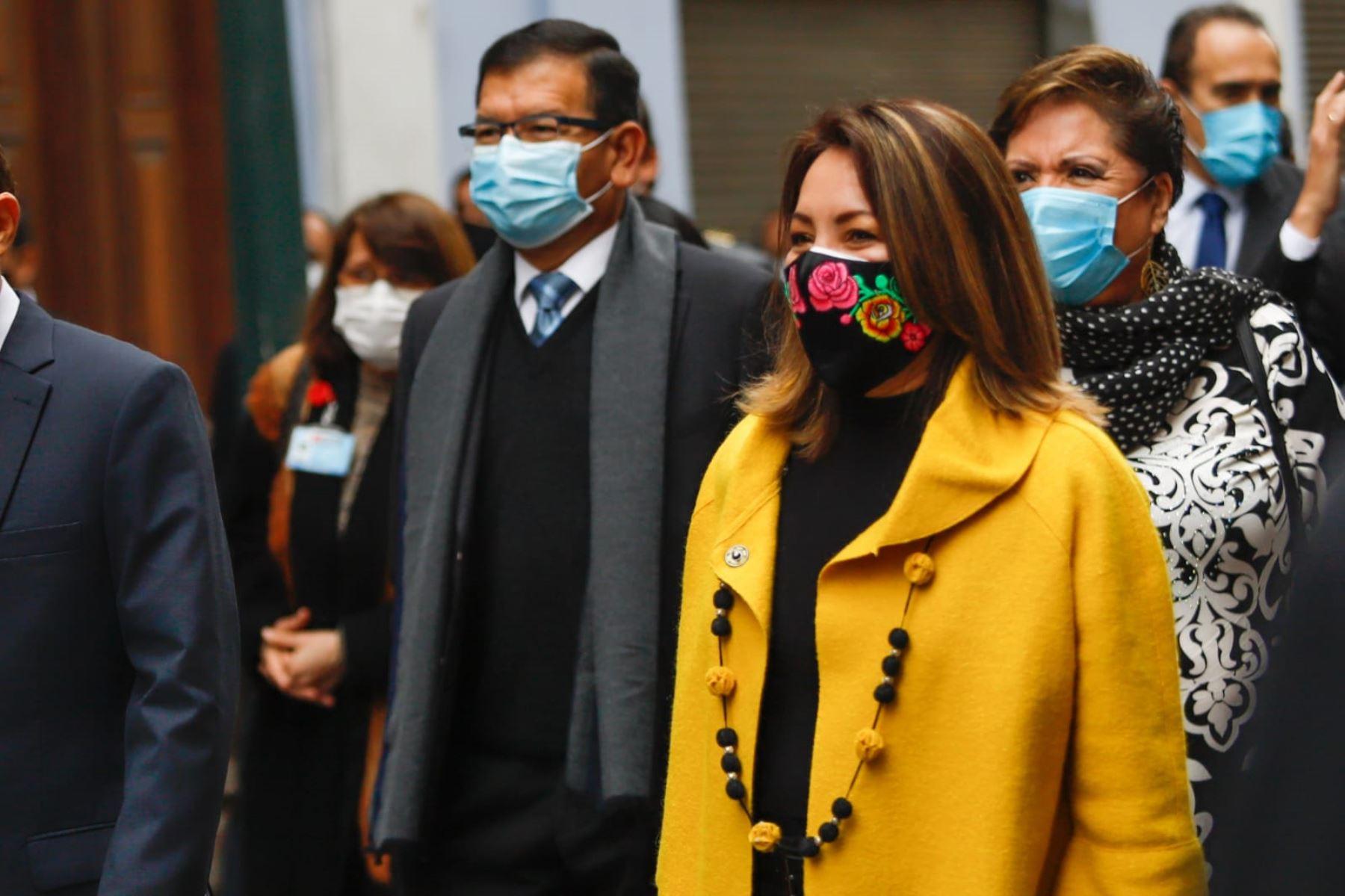 Ministra de Comercio Exterior y Turismo, Rocío Barrios, se dirige a la sede del Congreso junto al gabinete ministerial para solicitar el voto de confianza. Foto: ANDINA/PCM