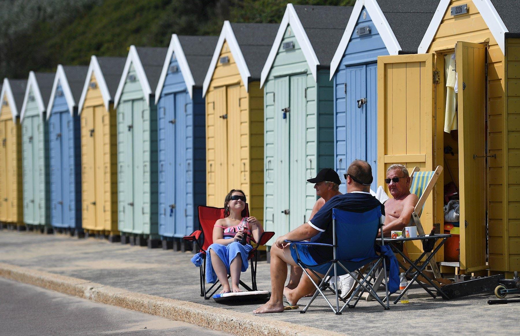 Amantes de la playa toman el sol en Bournemouth, Gran Bretaña. Se espera que las temperaturas alcancen los 35 ° C en Gran Bretaña hoy. Muchos británicos eligen vacaciones en el extranjero durante la pandemia de coronavirus. Sin embargo, los ayuntamientos temen un aumento en las infecciones por coronavirus debido a la gran cantidad de visitantes a los lugares de vacaciones.   Foto: EFE