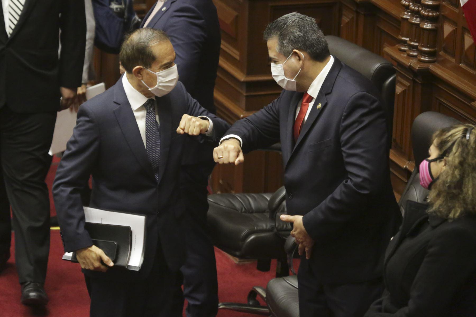 Primer ministro Walter Martos saluda al presidente del Congreso, Manuel Merino de Lama, antes de exponer políticas del Gobierno para obtener el voto de confianza. Foto: ANDINA/PCM