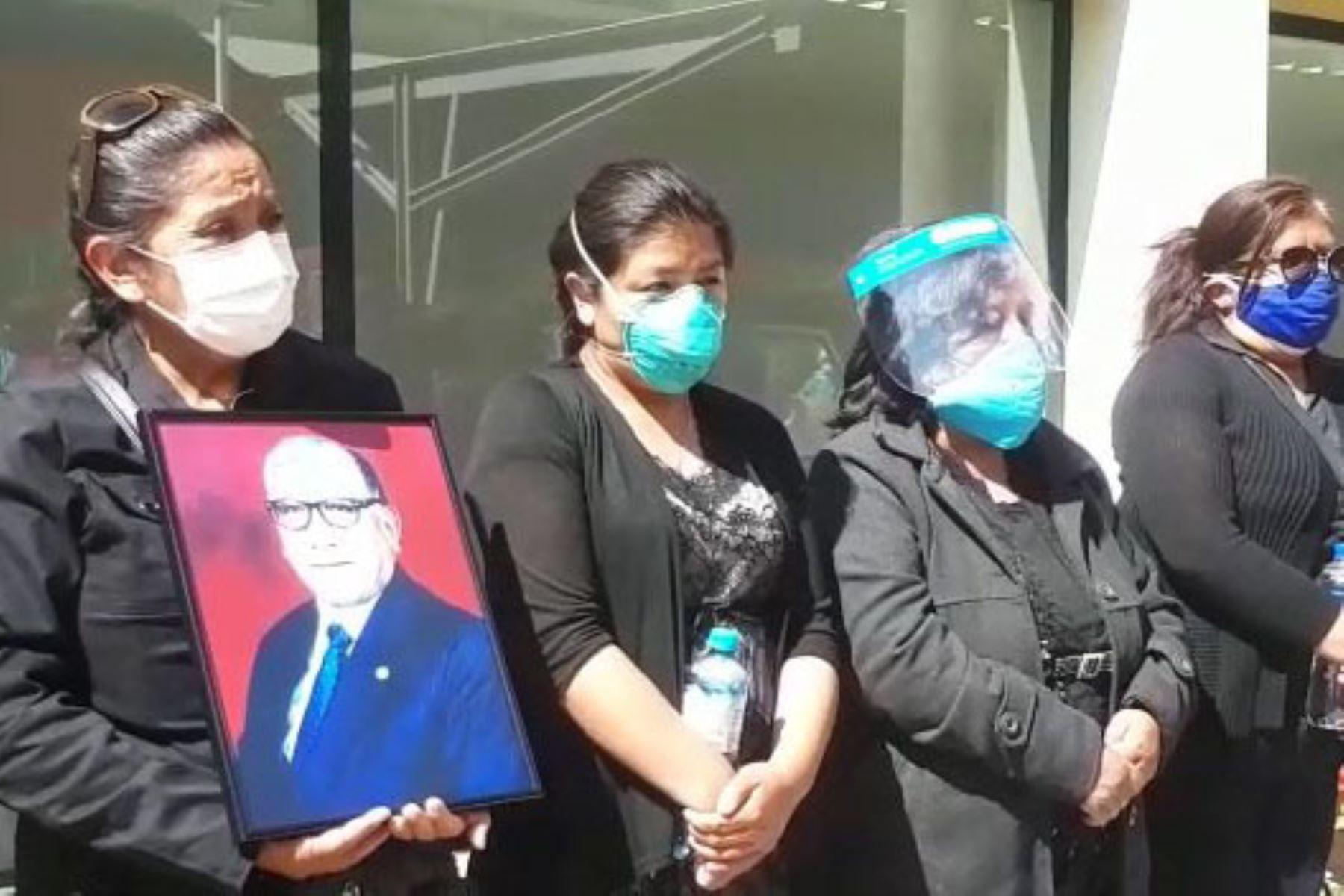 Familiares y amigos dieron el último adiós al licenciado en enfermería Armando Susaníbar Sandoval, quien perdió la batalla contra el covid-19. Foto: ANDINA/Difusión