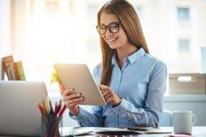 Se recomienda proteger la vista de la luz azul presente en las pantallas de celulares, laptops y otros dispositivos, porque favorece el desgaste de la salud ocular.