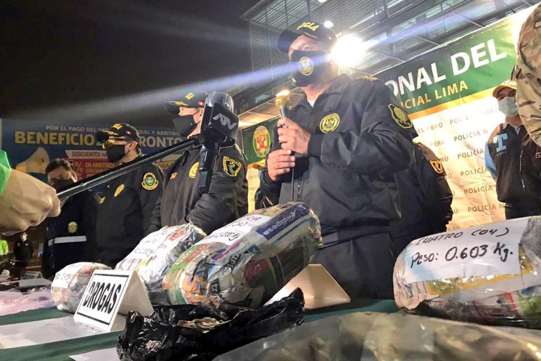 """Comandante general Orlando Velasco Mujica,presenta material incautado en  el mega operativo policial """"Fortaleza 2020"""", ejecutado en los diferentes distritos de la capital.  Foto: Policía Nacional del Perú"""