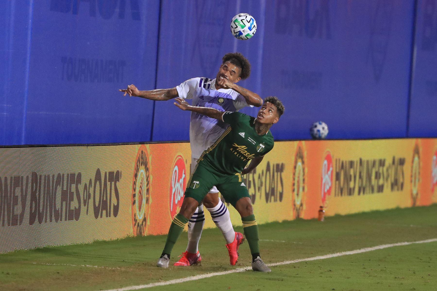 El jugador, Junior Urso, de Orlando City lucha por el balón contra Andy Polo de Portland Timbers durante el partido final del Torneo MLS Is Back. Foto: AFP