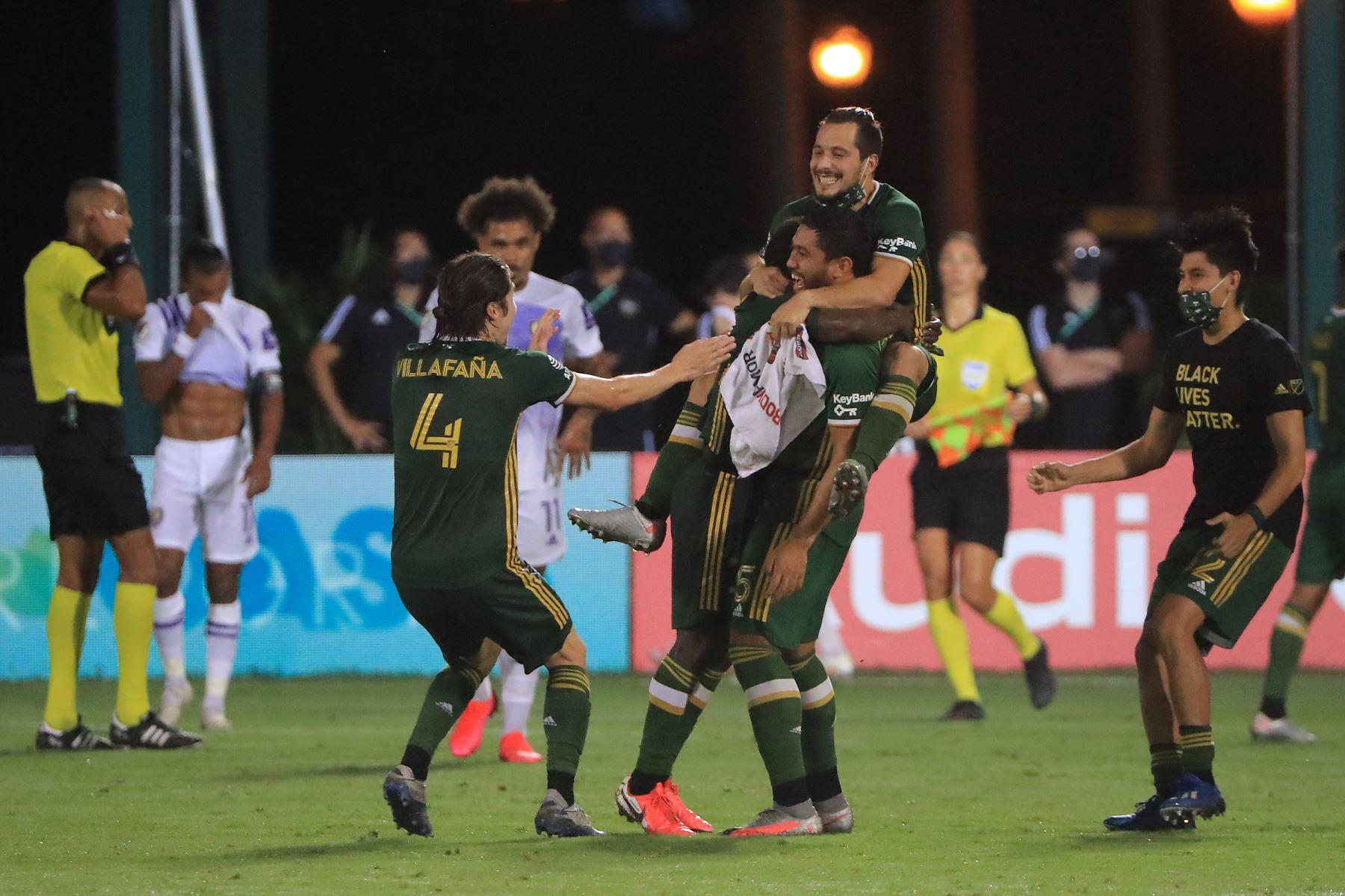 Jorge Villafana, Chris Duvall y Sebastian Blanco de Portland Timbers celebran tras derrotar a Orlando City 2-1 en el partido final del MLS Is Back. Foto: AFP