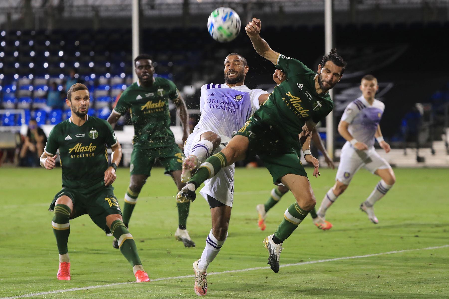 Diego Valeri de Portland Timbers lucha el balón contra Tesho Akindele de Orlando City durante el partido final del Torneo MLS Is Back. Foto: AFP