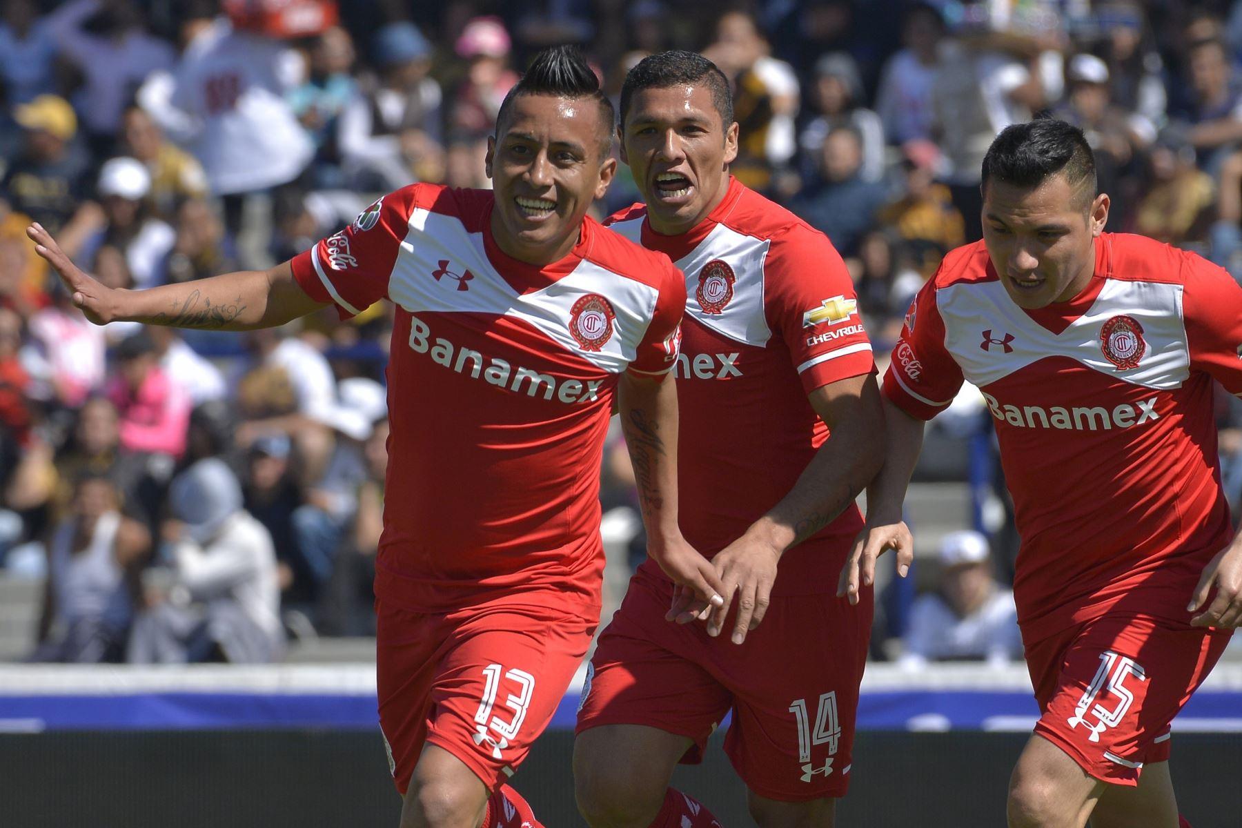 El delantero del Toluca, Christian Cueva, celebra con sus compañero de club Richard Ortiz y Antonio Ríos tras anotar un gol al Pumas durante el Torneo Clausura Mexicano 2016. Debutó por el Toluca en el año 2015. Foto: AFP