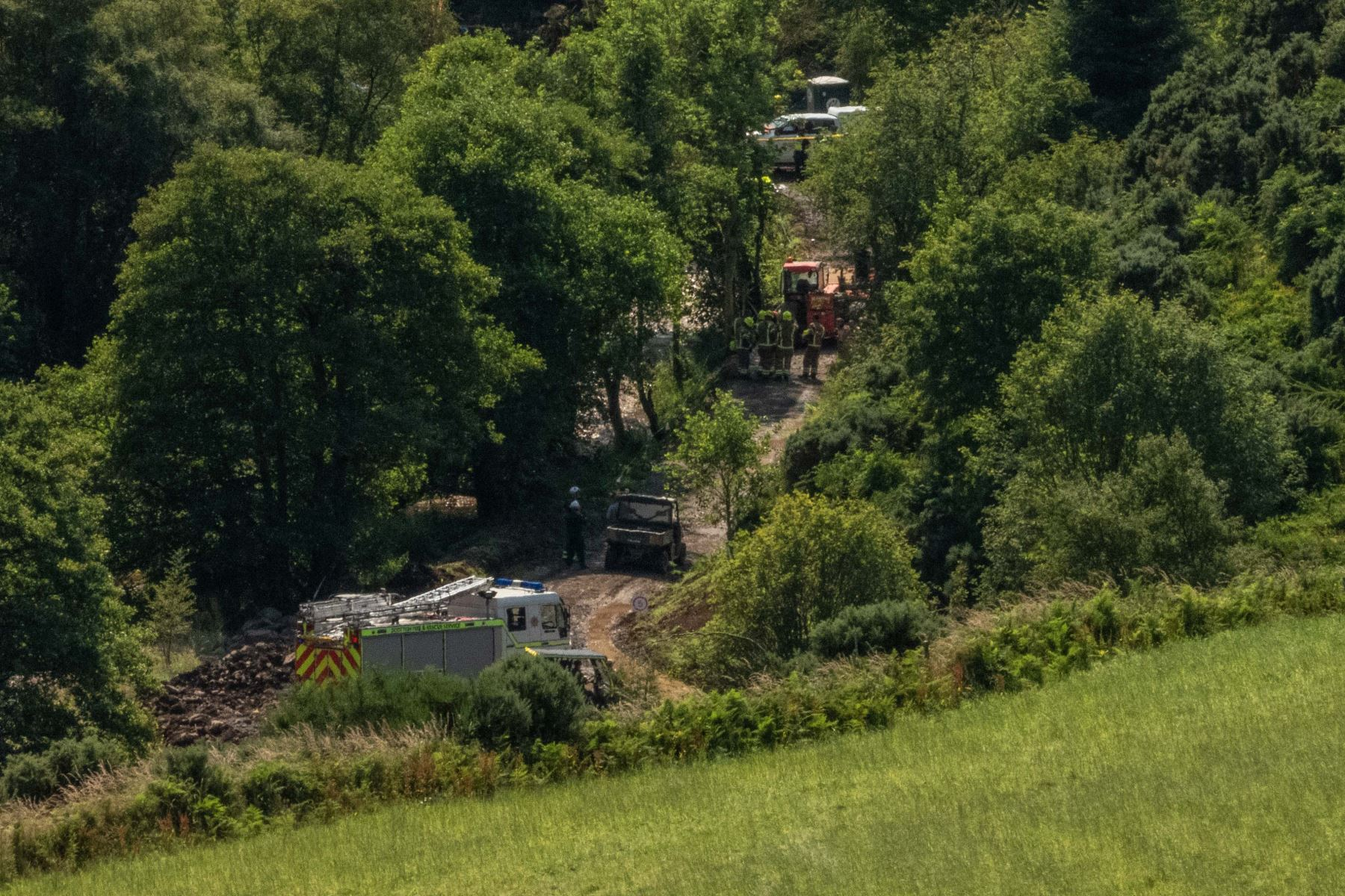 """Equipos de respuesta de emergencia están estacionados cerca de la escena de un accidente de tren en Stonehaven en el noreste de Escocia. Un tren de pasajeros descarriló en el noreste de Escocia el miércoles, con informes de """"lesiones graves"""" en lo que la primera ministra Nicola Sturgeon describió como """" un incidente gravísimo """"  Foto:AFP"""