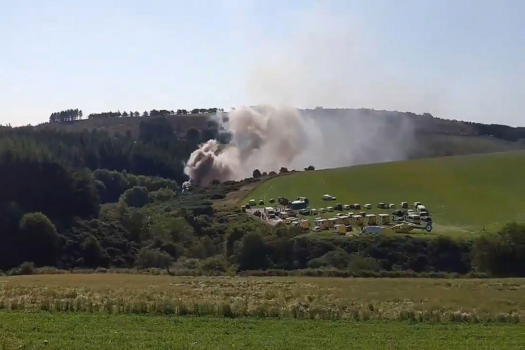 Una imagen fija tomada de un video muestra humo saliendo de la escena de un accidente de tren cerca de Stonehaven en el noreste de Escocia   Foto:AFP