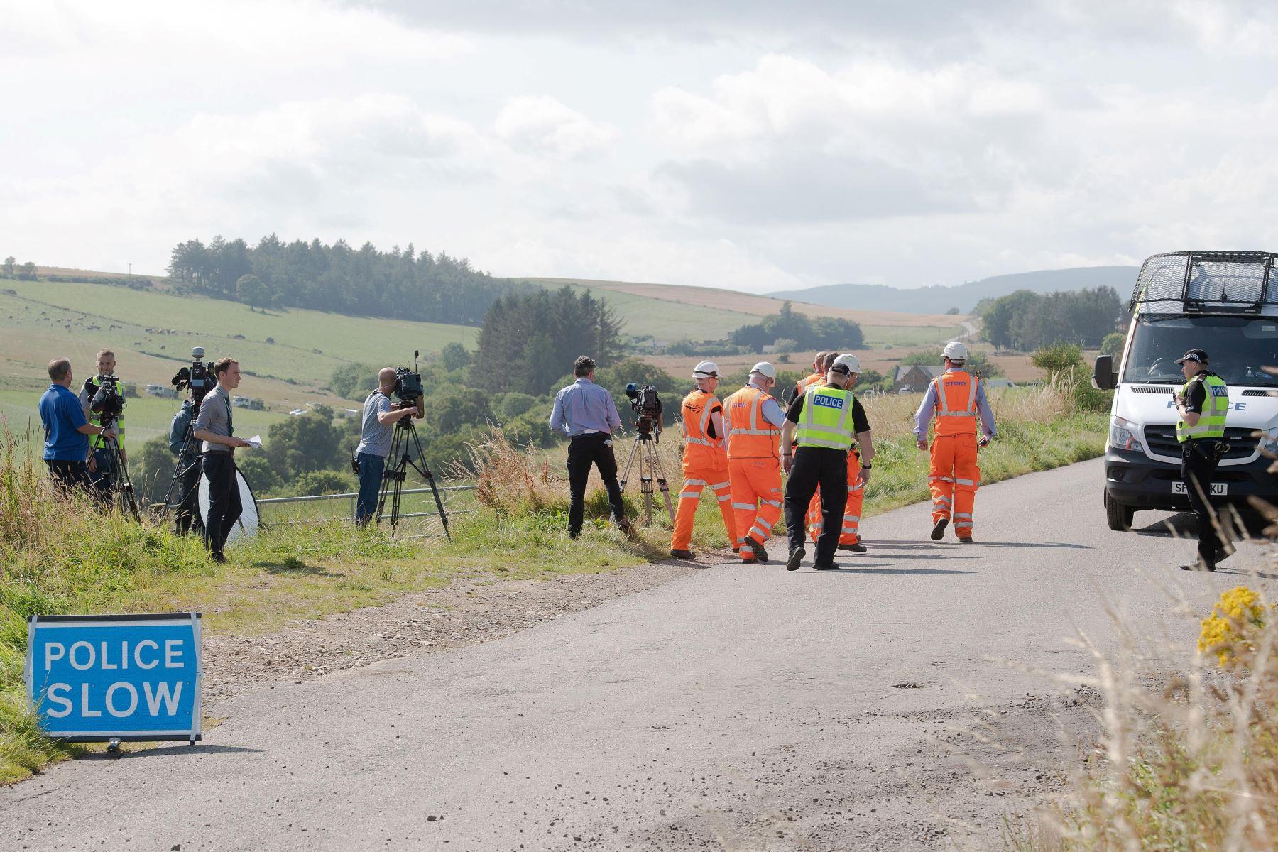 Equipos de respuesta de emergencia están estacionados cerca de la escena de un accidente de tren en Stonehaven en el noreste de Escocia.   Foto:AFP