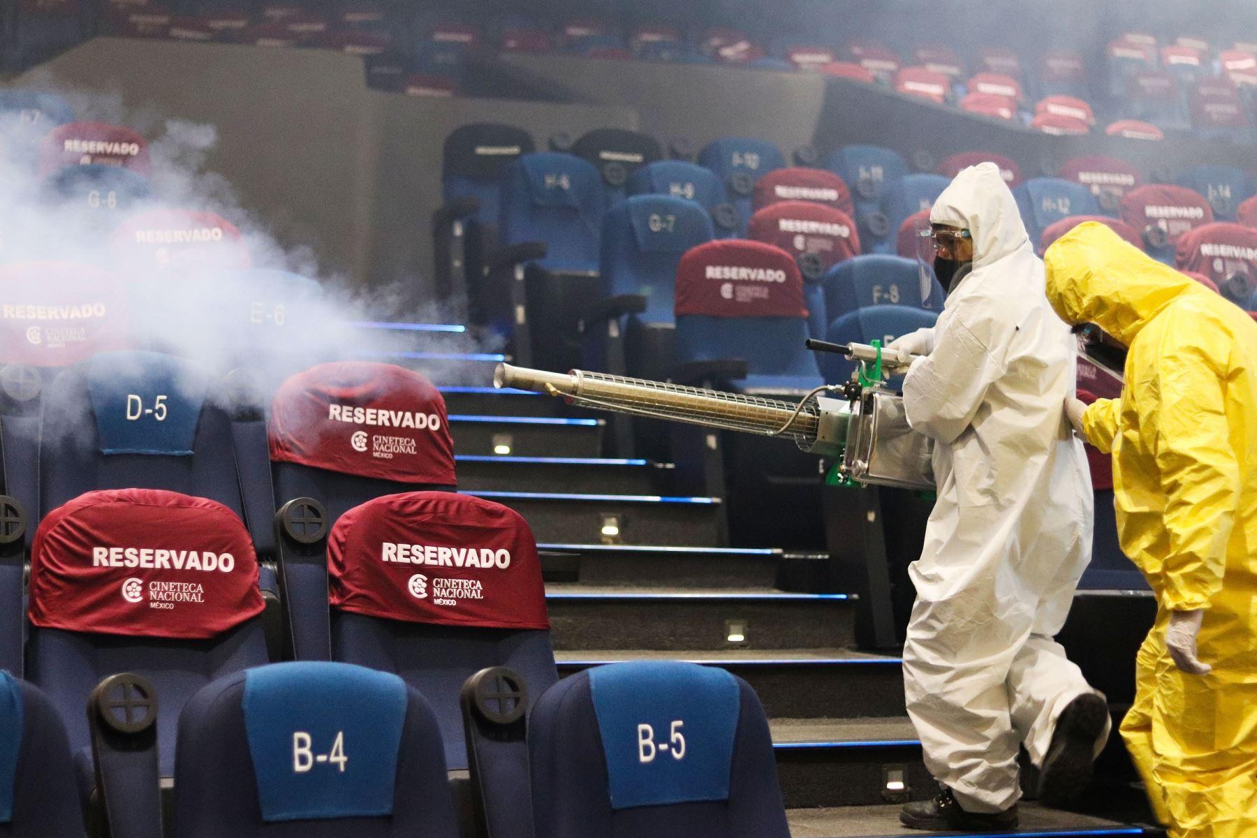 Trabajadores sanitarios de la Cineteca Nacional desinfectan hoy las salas de proyección previo a su reapertura, en Ciudad de México (México). Foto: EFE