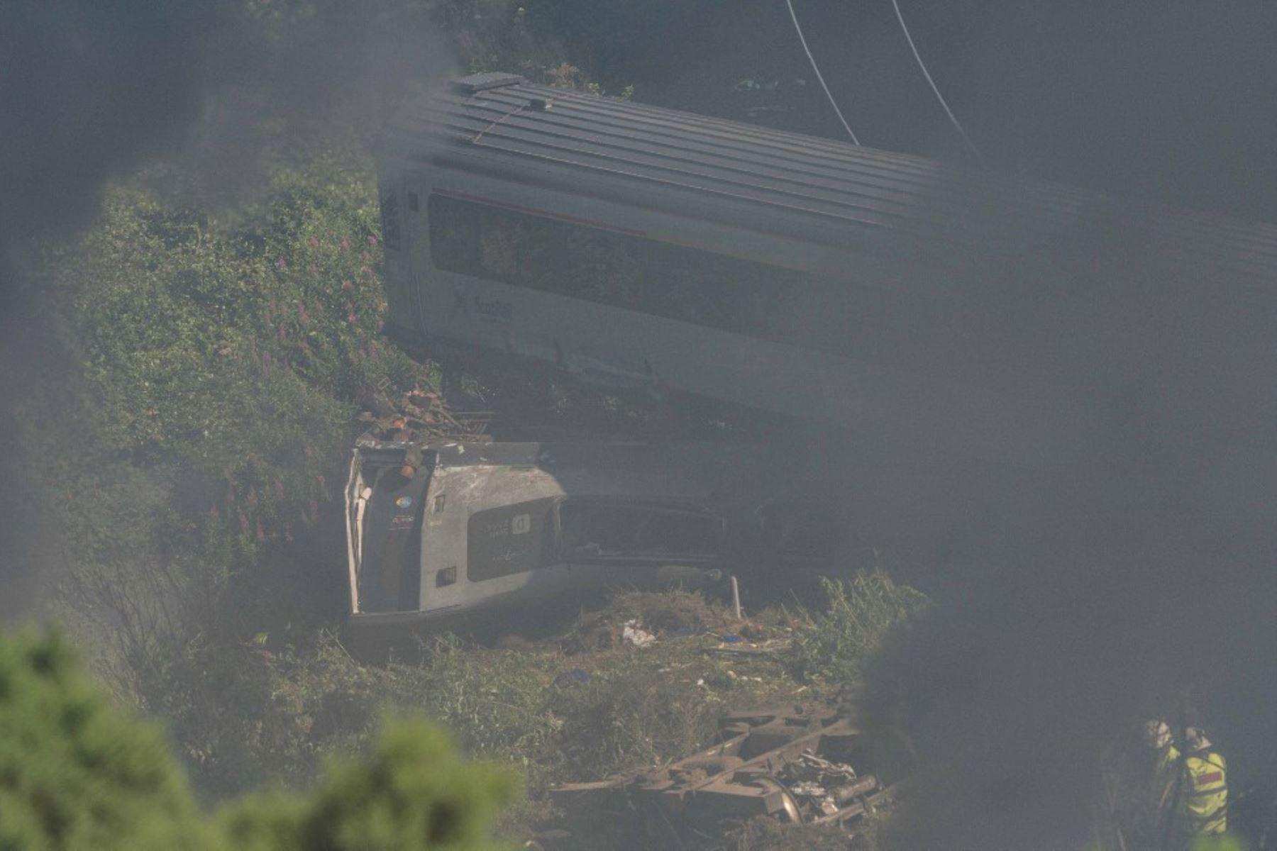 Personal de los servicios de emergencia es visto en la escena de un accidente de tren cerca de Stonehaven en el noreste de Escocia donde tres personas murieron.  Foto: AFP