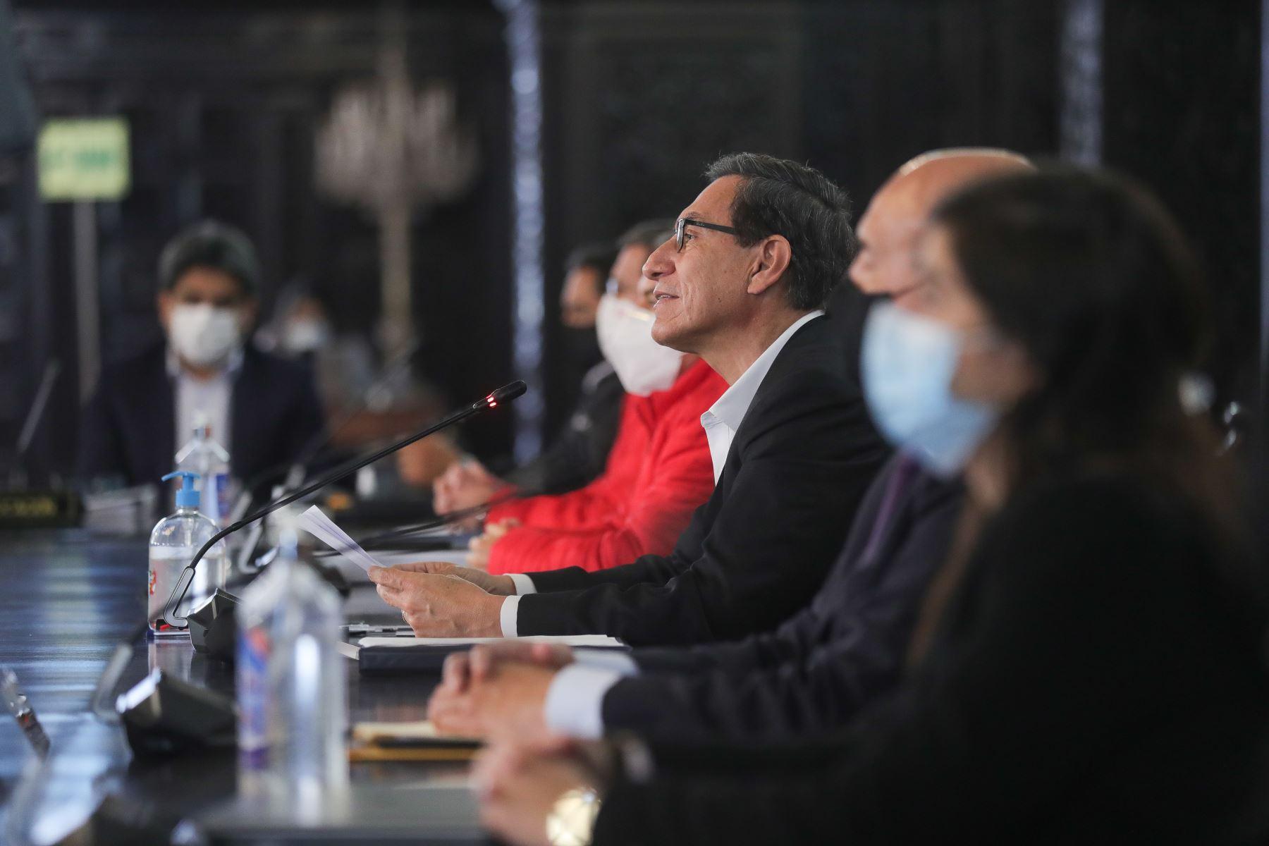 El presidente de la República, Martín Vizcarra, hace un alto en la sesión del Consejo de Ministros, para brindar junto a su gabinete ministerial, un pronunciamiento en torno a las nuevas medidas que adoptará el gobierno frente a la pandemia. Foto: ANDINA/Prensa Presidencia