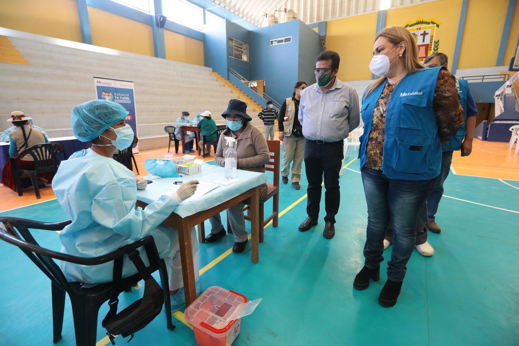 Presidenta ejecutiva de Essalud participa en campaña de detección del virus con 1500 pruebas rápidas y kit covid-19 para el tratamiento temprano de los casos en la región Moquegua. Foto: Essalud