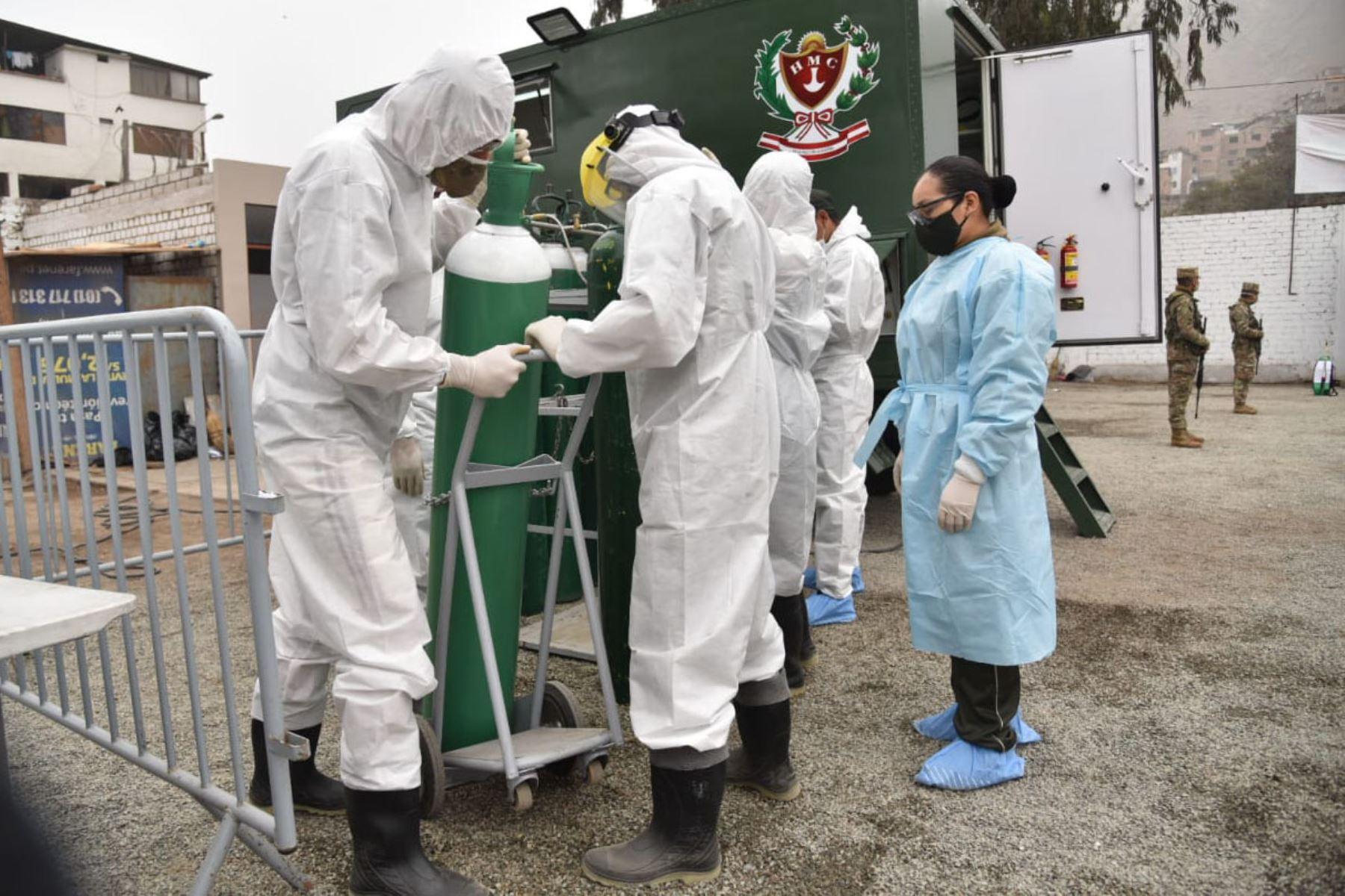 En un acto de solidaridad, el Ejército del Perú trasladó una planta móvil generadora de oxígeno al distrito del Rímac para distribuir gratuitamente este vital elemento a las familias afectadas por la covid-19. Foto: Ejercito del Perú