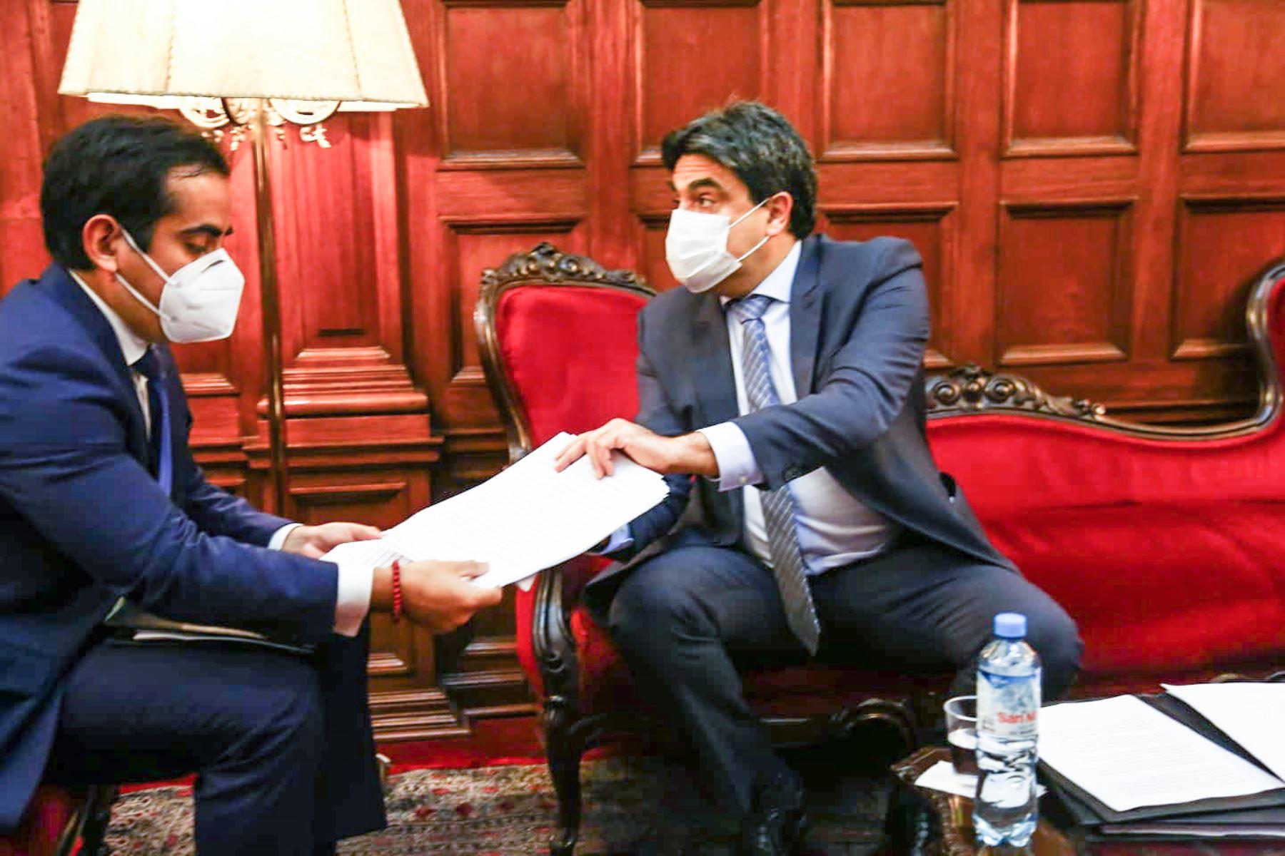 Llegó al Parlamento el ministro de Educación, Martín Benavides, para responder el pliego de interpelación ante el pleno vitual. Foto: Congreso de la República
