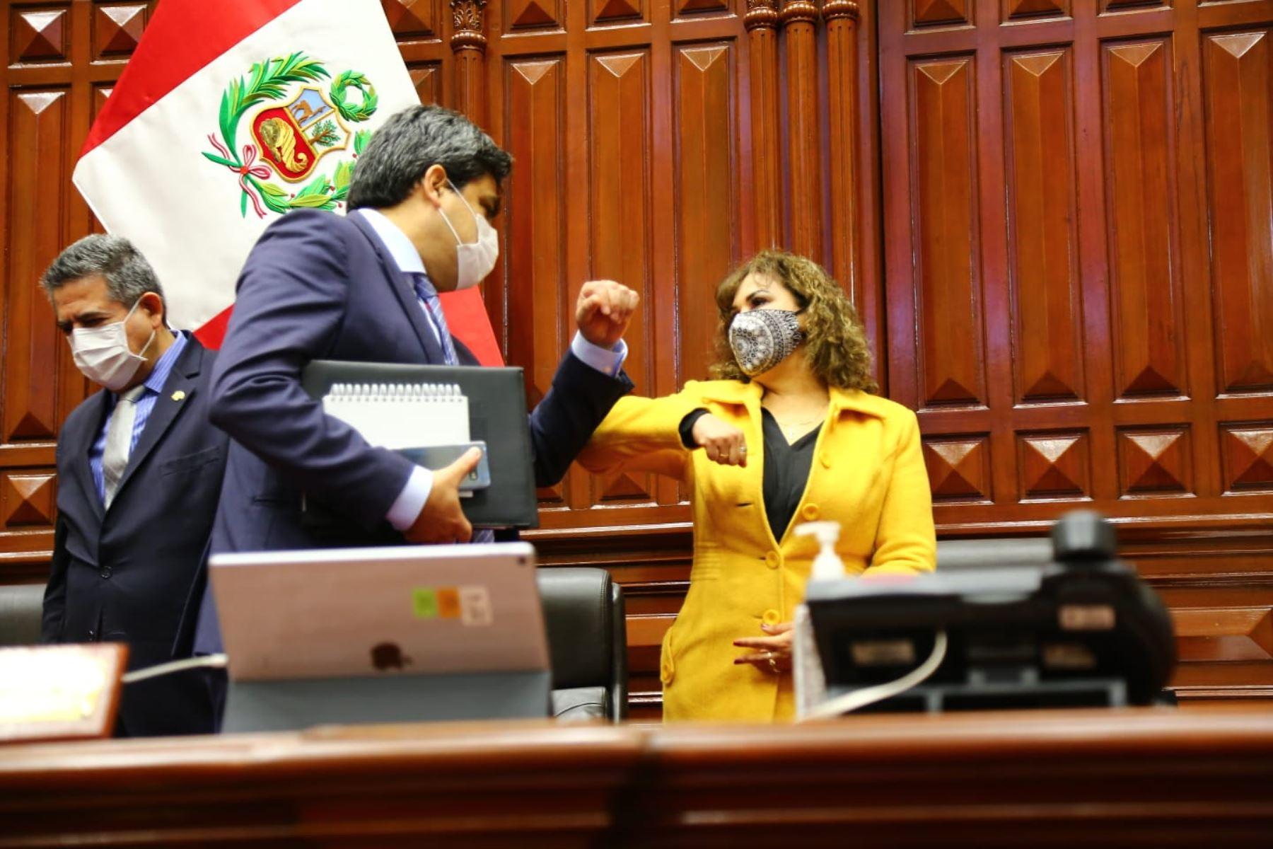 Ministro de Educación, Martín Benavides saluda a la tercera vicepresidenta del Congreso, María Teresa Cabrera Vega. Foto: Congreso de la República