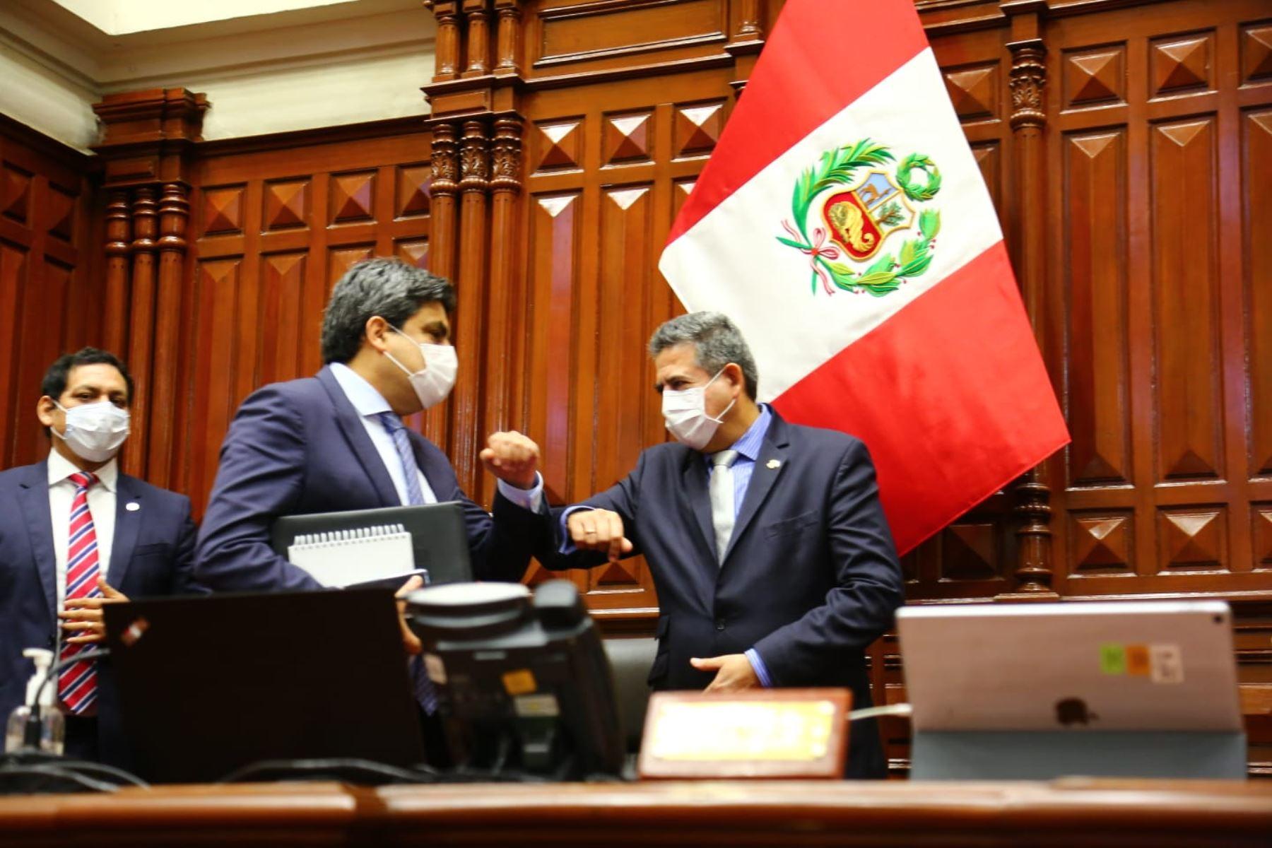Ministro de Educación, Martín Benavides saluda al presidente del Congreso Manuel Merino de Lama. Foto: Congreso de la República