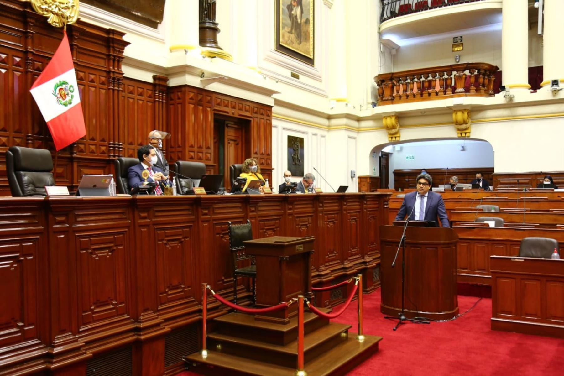 Ministro de Educación, Martín Benavides, responde al pliego interpelatorio en sesión del pleno del Congreso. Foto: Congreso de la República