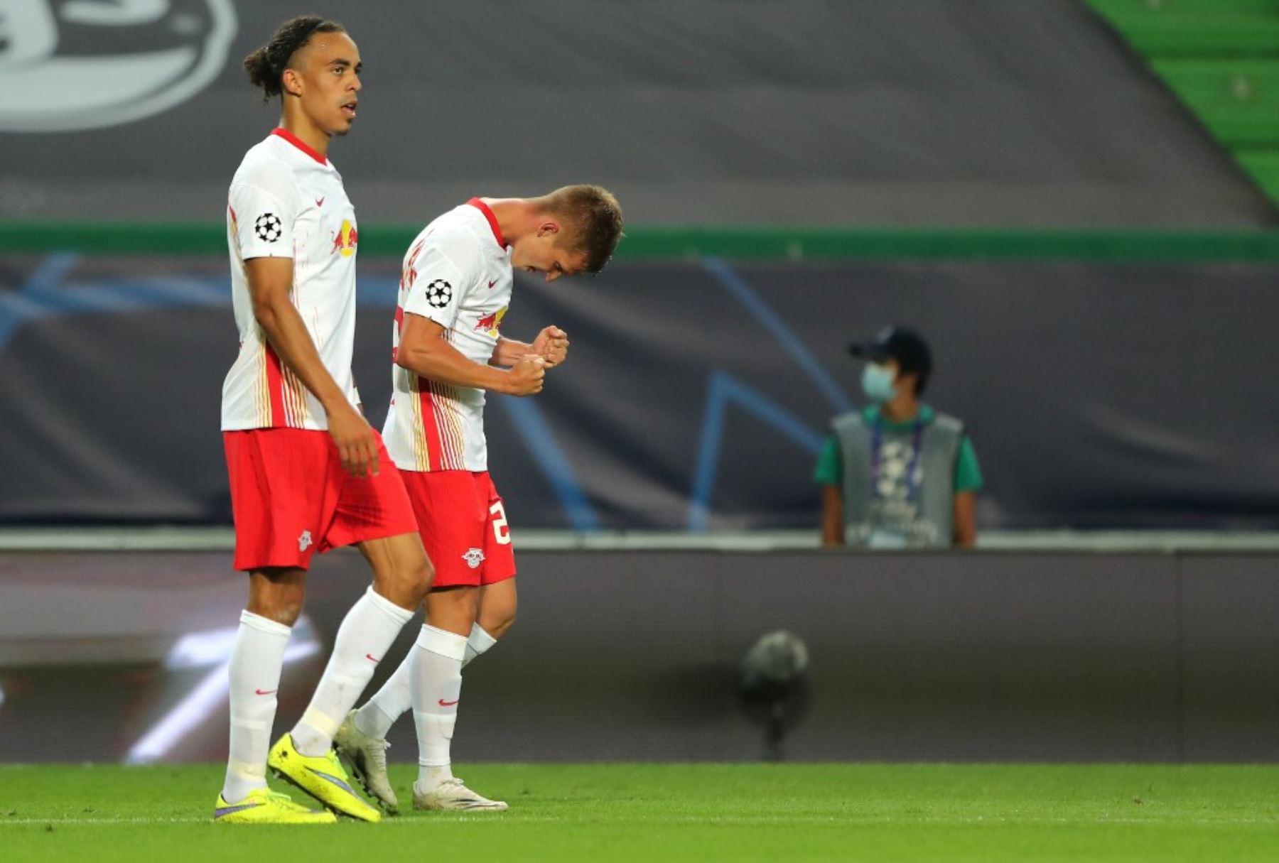 El centrocampista español de Leipzig Dani Olmo marca un gol durante el partido de fútbol de cuartos de final de la Liga de Campeones de la UEFA entre Leipzig y Atlético de Madrid en el estadio José Alvalade de Lisboa. Foto: AFP