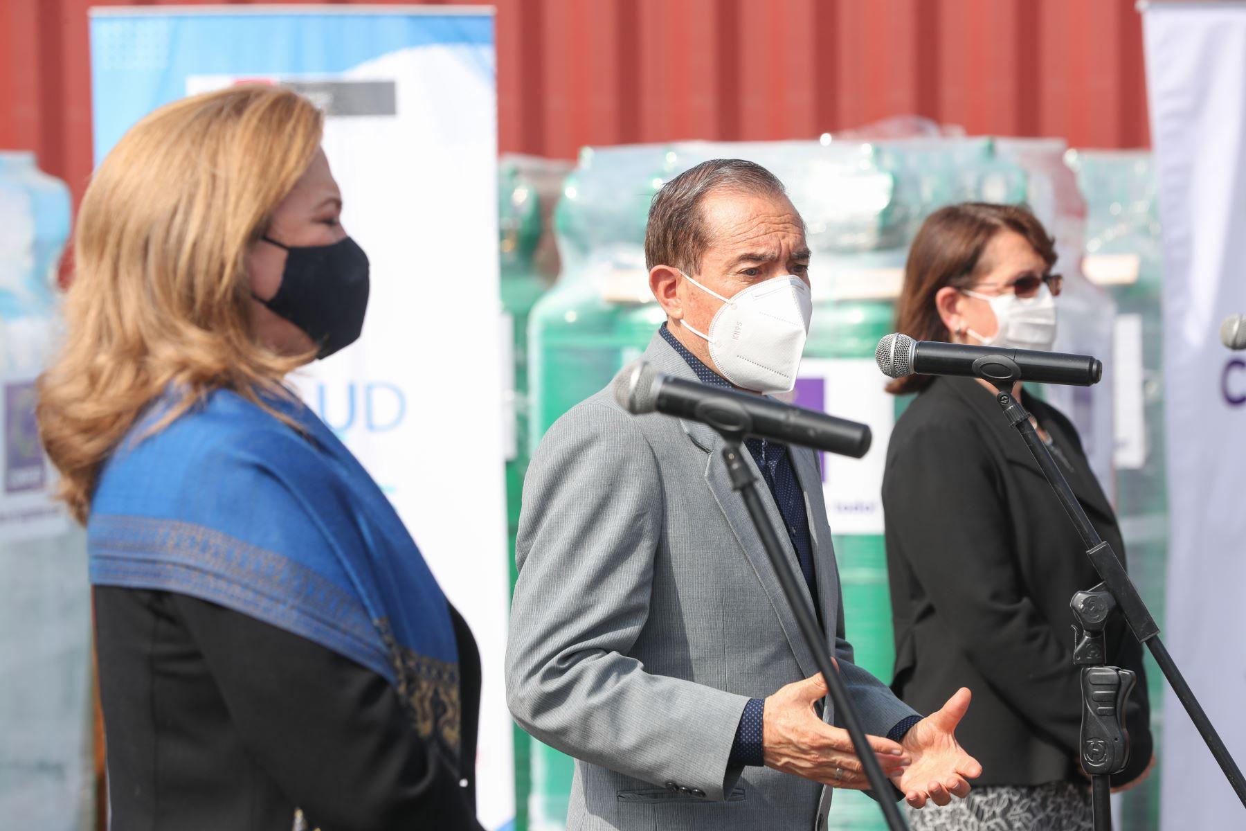 Presidente del Consejo de Ministros, Walter Martos. la ministra de Salud, Pilar Mazzetti  y María Isabel León,presidenta de la Confiep participan en  ceremonia de entrega de balones de oxígeno donados al ministerio de Salud. Foto: PCM