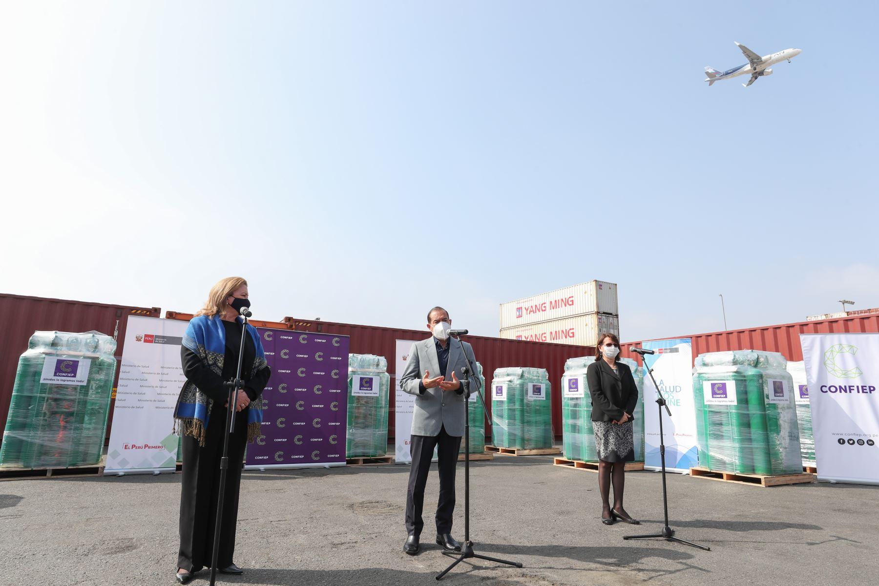 Presidente del Consejo de Ministros, Walter Martos preside ceremonia de entrega de balones de oxígeno donados por la Confiep al ministerio de Salud. Foto: PCM
