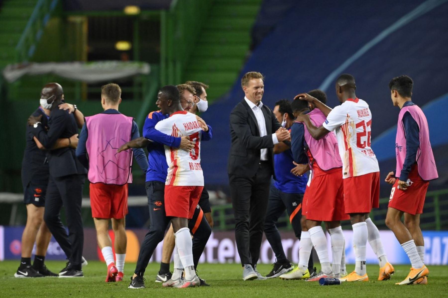 El entrenador alemán de Leipzig, Julian Nagelsmann y sus jugadores celebran su victoria al final del partido de fútbol de cuartos de final de la UEFA Champions League entre Leipzig y Atlético de Madrid en el estadio José Alvalade de Lisboa.Foto:AFP