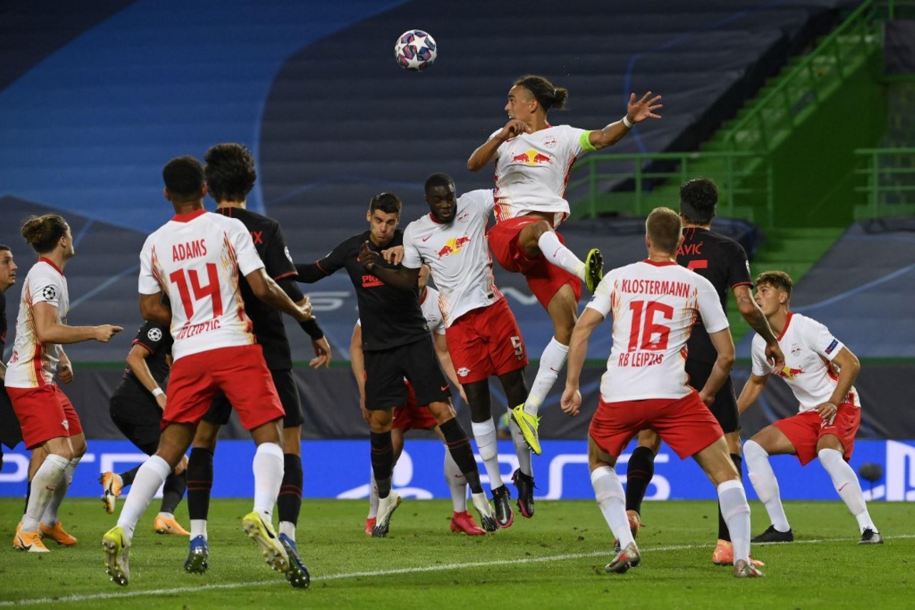El delantero danés de Leipzig, Yussuf Poulsen, cabecea el balón durante el partido de fútbol de cuartos de final de la Liga de Campeones de la UEFA entre Leipzig y Atlético de Madrid en el estadio José Alvalade de Lisboa.Foto:AFP