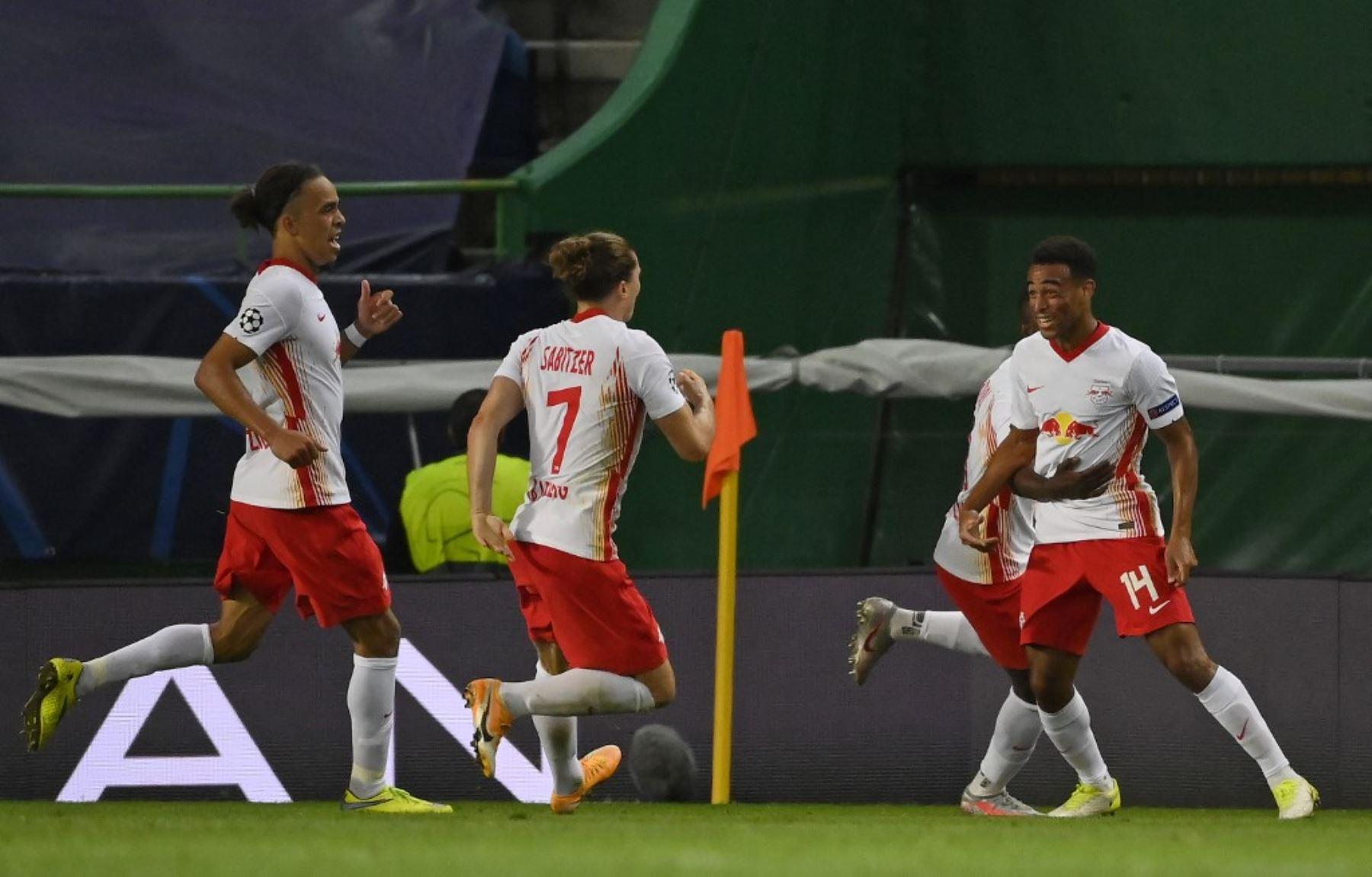El mediocampista estadounidense de Leipzig Tyler Adams celebra su gol con sus compañeros durante el partido de fútbol de cuartos de final de la Liga de Campeones de la UEFA entre Leipzig y Atlético de Madrid en el estadio José Alvalade de Lisboa.Foto:AFP