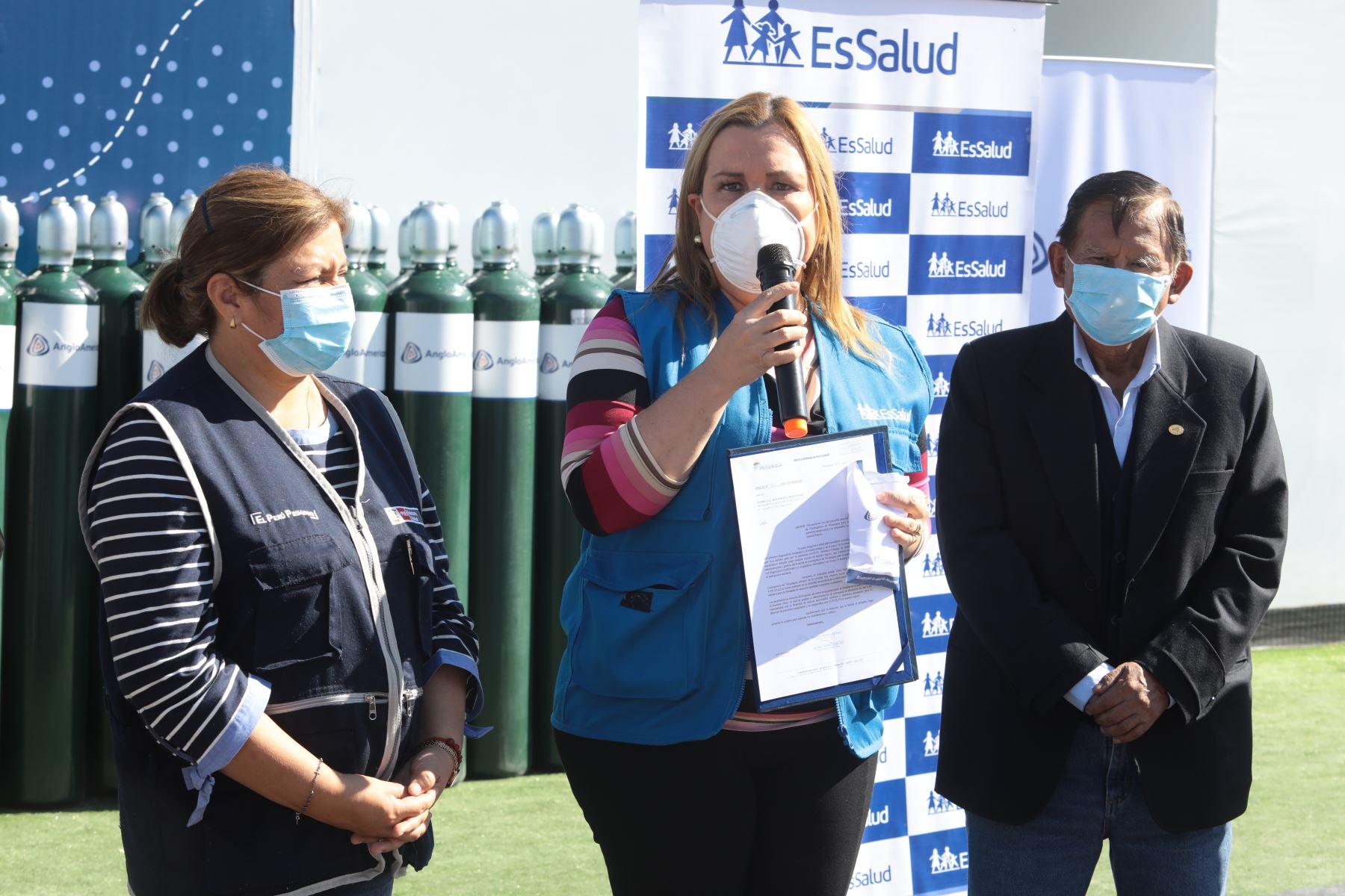 Presidenta ejecutiva de EsSalud, Fiorella Molinelli, se reunió con el padre Edilberto Martínez, quién gestionó con la empresa privada y representantes de la sociedad civil, una importante donación de 115 balones de oxígeno que serán distribuidos en los hospitales de la región Moquegua. Foto: Essalud