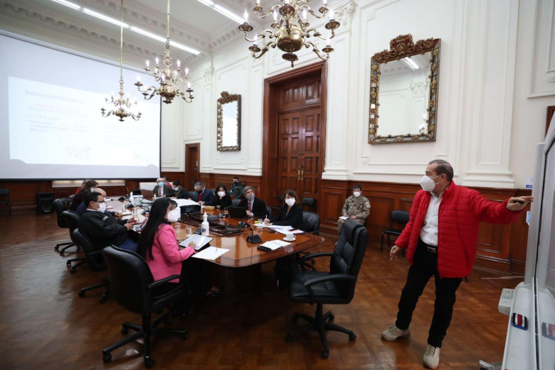 En la sesión liderada por el Presidente de Consejo de Ministros, Walter Martos se acordó planificar una serie de intervenciones que permitan atender las necesidades urgentes de la población indígena de Loreto, principalmente de aquella ubicada en el ámbito del Lote 95. Foto: PCM