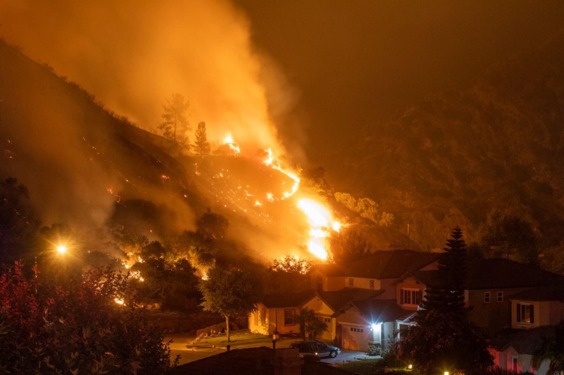 Las llamas del Ranch Fire queman las colinas en Azusa, California a 40 km al este de Los Ángeles. Foto: AFP