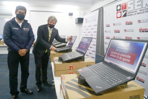 Ministro de Vivienda recibe donación de 50 laptops de parte de la Cooperación Suiza y Alemana