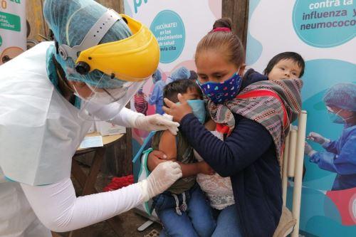 Ministros de Salud y Defensa participan en campaña de vacunación y descarte de covid-19 en Comas