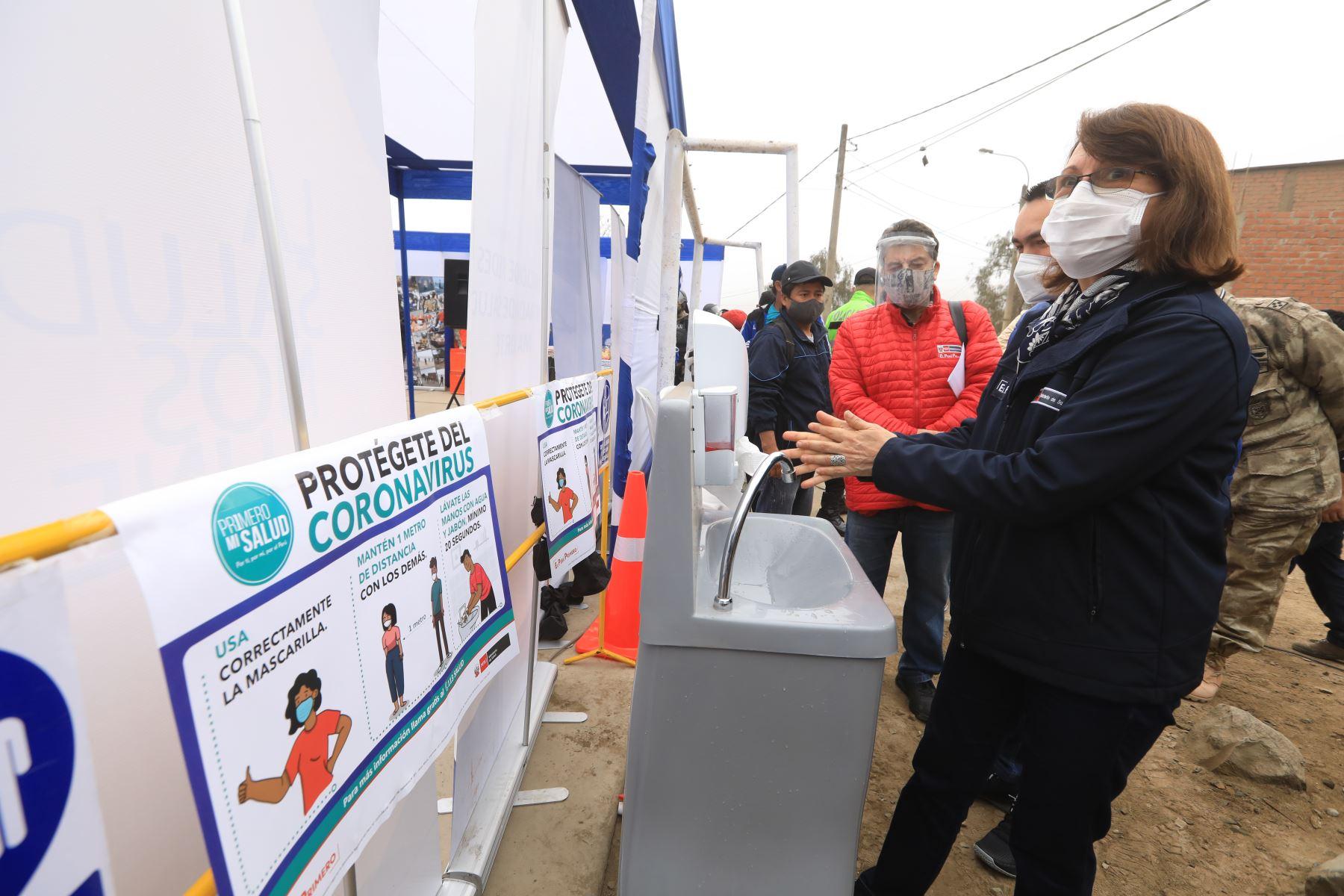 La ministra de Salud, Pilar Mazzetti y el titular del ministerio de Defensa, Jorge Chávez, participaron en una intervención integral en el A. H. Cuernavaca de Comas. 500 familias reciben servicios de tamizaje de covid-19, descarte de anemia, vacunación contra influenza y neumococo, entre otros. Foto: Ministerio de Salud
