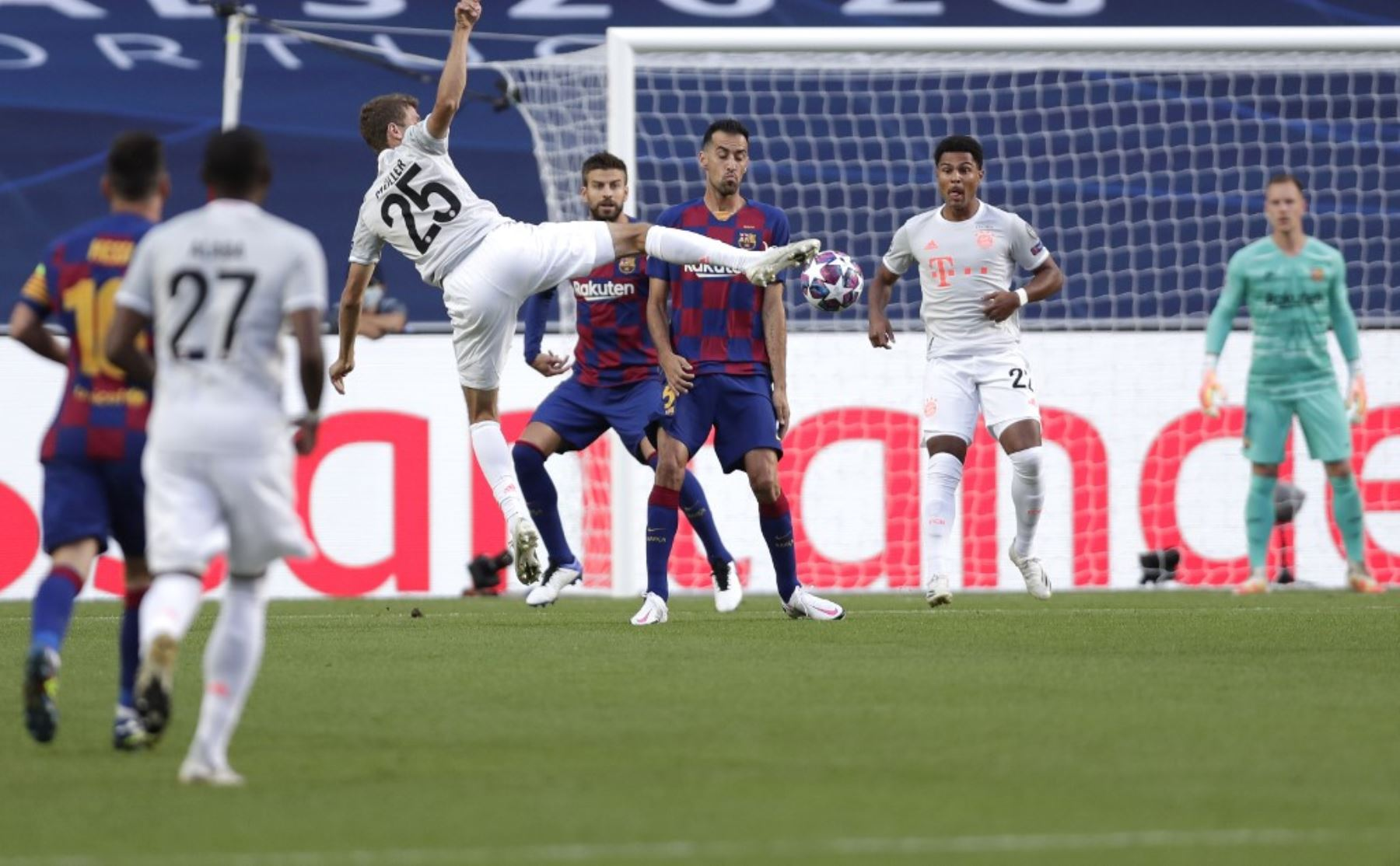 El delantero alemán del Bayern Munich Thomas Mueller marca un gol durante el partido de fútbol de cuartos de final de la Liga de Campeones de la UEFA entre el Barcelona y el Bayern Munich en el estadio Luz de Lisboa.Foto:AFP