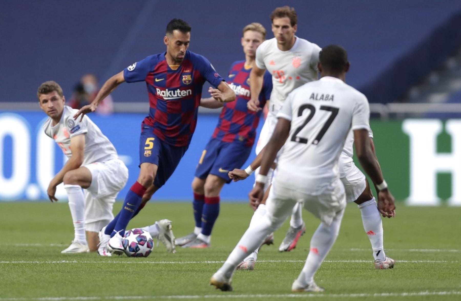 El centrocampista español del Barcelona Sergio Busquets corre con el balón sobre el delantero alemán del Bayern Munich Thomas Mueller, durante el partido de fútbol de cuartos de final de la Liga de Campeones de la UEFA entre el Barcelona y el Bayern Munich en el Estadio Luz de Lisboa.Foto:AFP