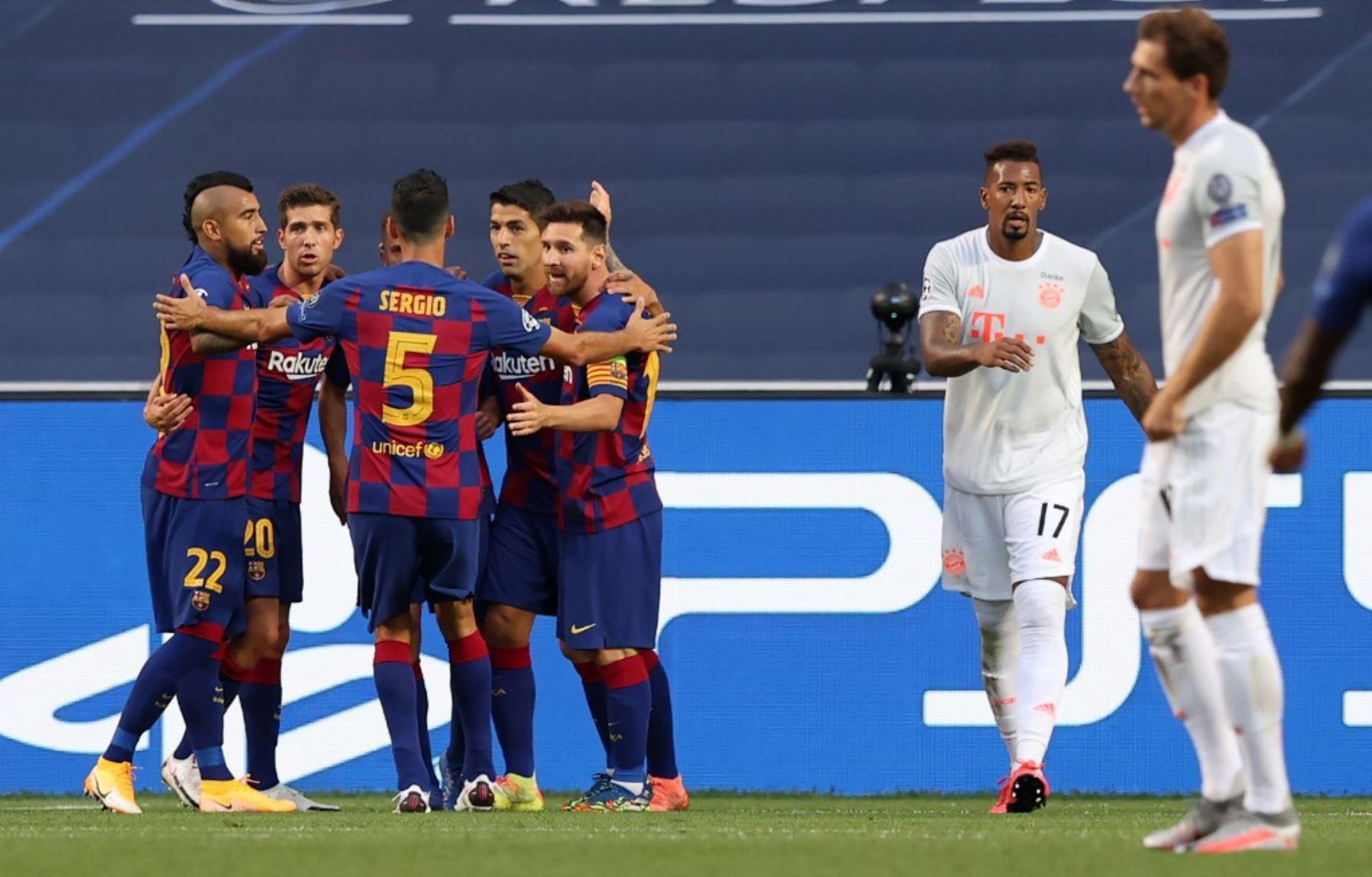 Los jugadores de Barcelona celebran su gol durante el partido de fútbol de cuartos de final de la UEFA Champions League entre el Barcelona y el Bayern de Múnich en el estadio Luz de Lisboa.Foto:AFP