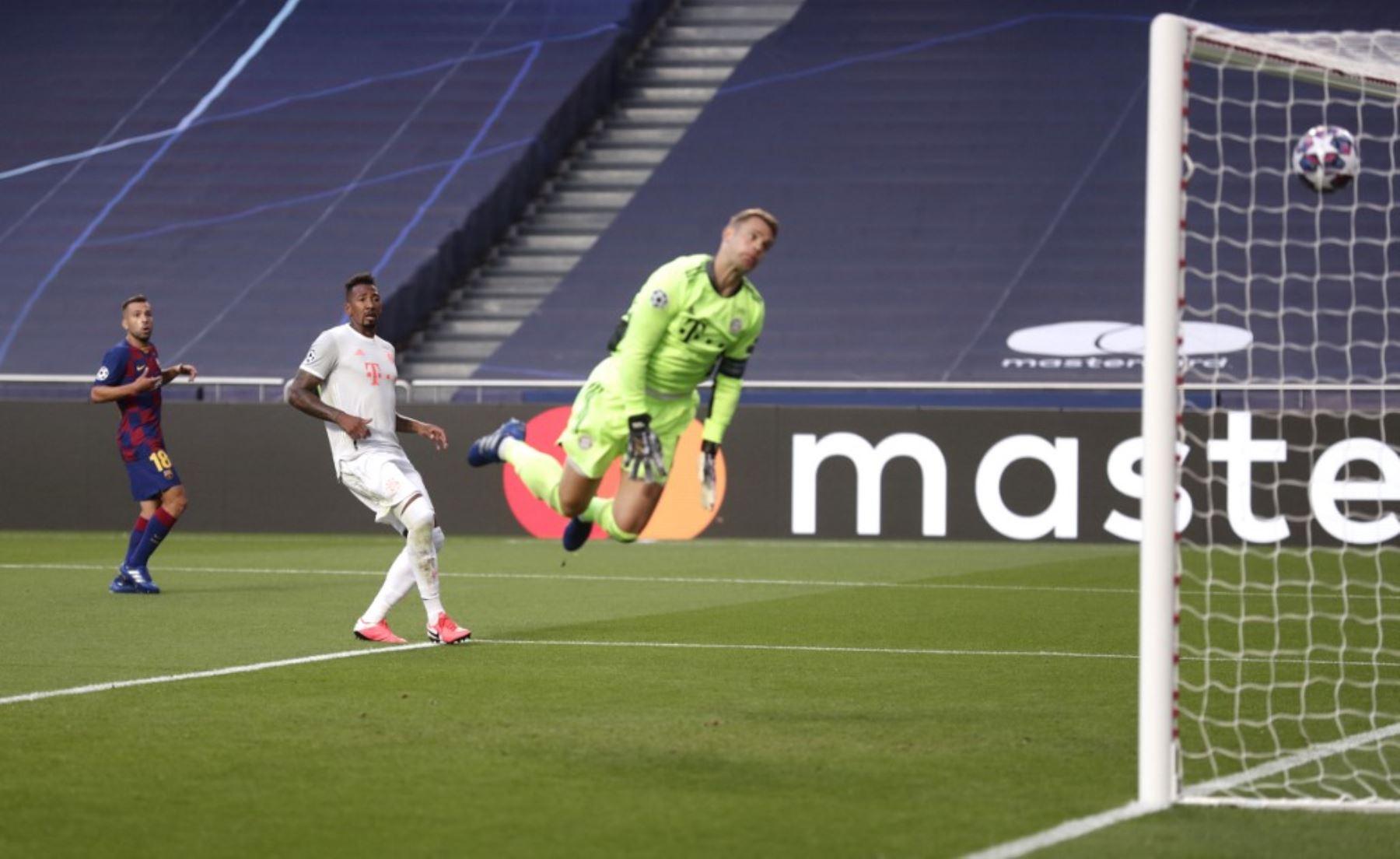 El portero alemán del Bayern Munich Manuel Neuer no detiene un gol durante el partido de fútbol de cuartos de final de la Liga de Campeones de la UEFA entre Barcelona y Bayern Munich en el estadio Luz de Lisboa.Foto:AFP