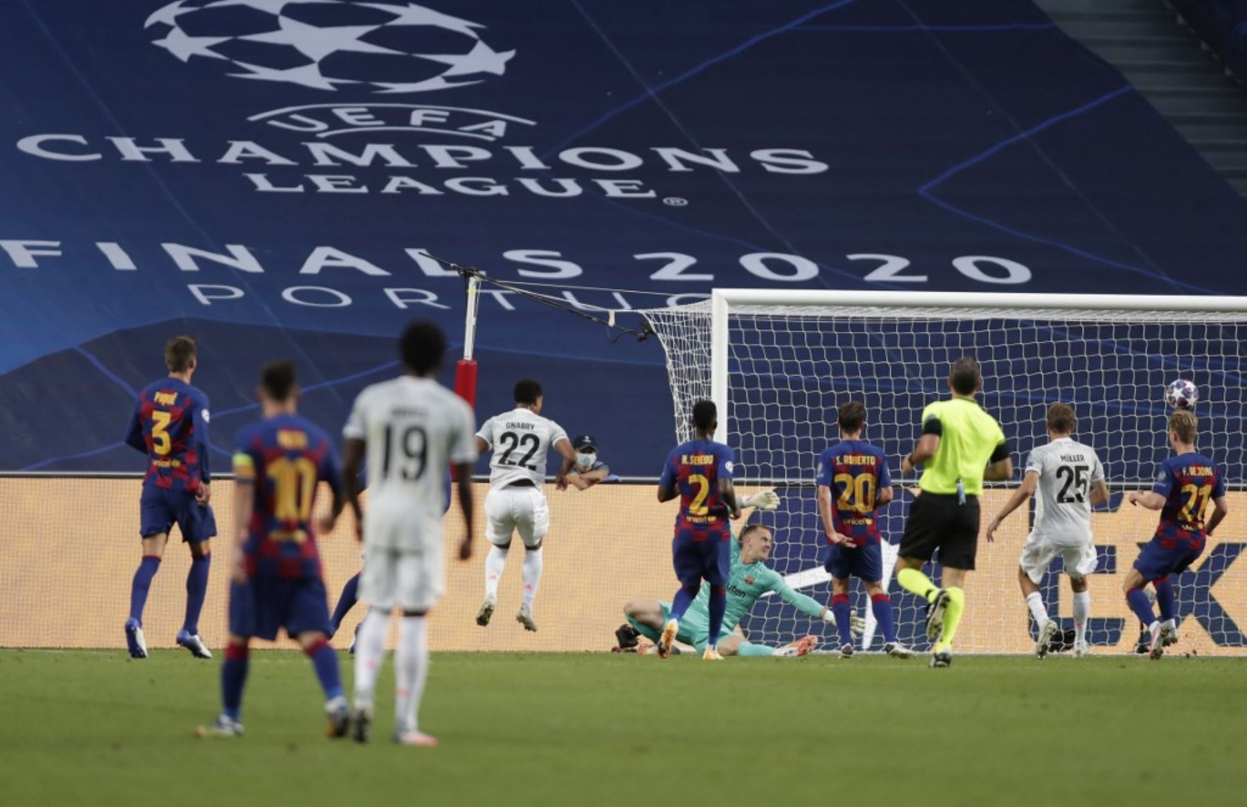 El centrocampista alemán del Bayern Munich Serge Gnabry anota el tercer gol de su equipo durante el partido de fútbol de cuartos de final de la Liga de Campeones de la UEFA entre el Barcelona y el Bayern Munich en el estadio Luz de Lisboa Foto:AFP