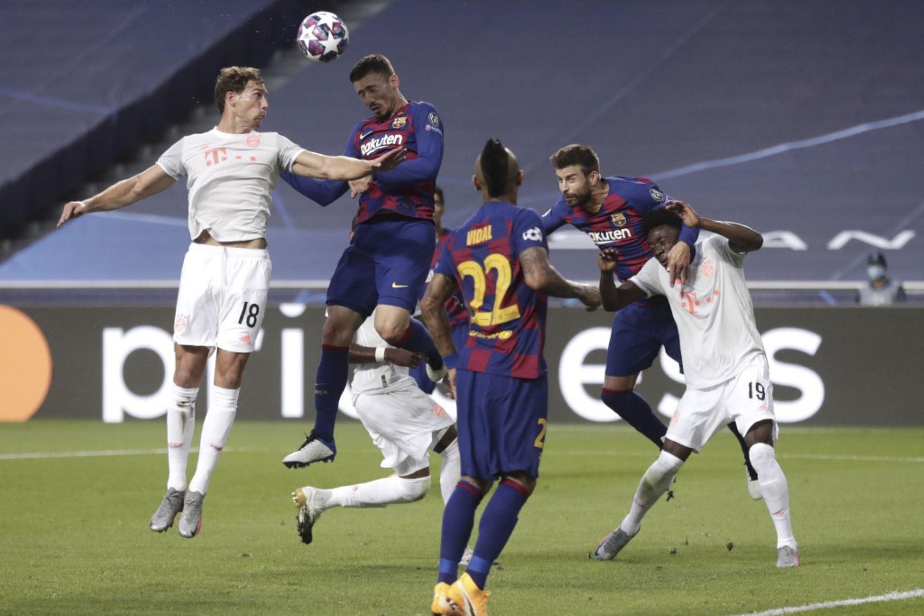 El centrocampista alemán del Bayern Munich Leon Goretzka cabecea el balón con el defensor francés del Barcelona Clement Lenglet , durante el partido de fútbol de cuartos de final de la Liga de Campeones de la UEFA entre el Barcelona y el Bayern Munich en el estadio Luz de Lisboa.Foto:AFP