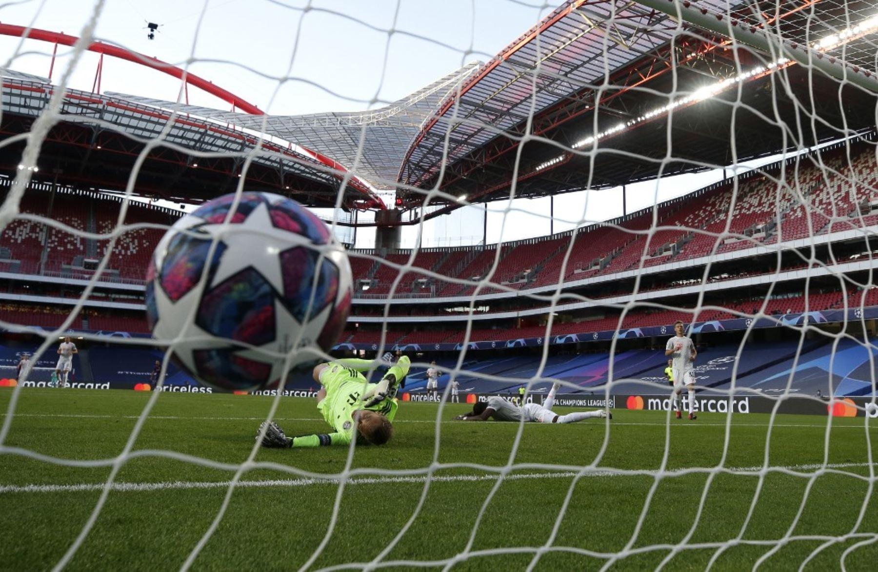 El portero alemán del Bayern Múnich, Manuel Neuer, concede un gol en propia meta durante el partido de fútbol de cuartos de final de la Liga de Campeones de la UEFA entre el Barcelona y el Bayern Múnich en el estadio Luz de Lisboa.Foto:AFP