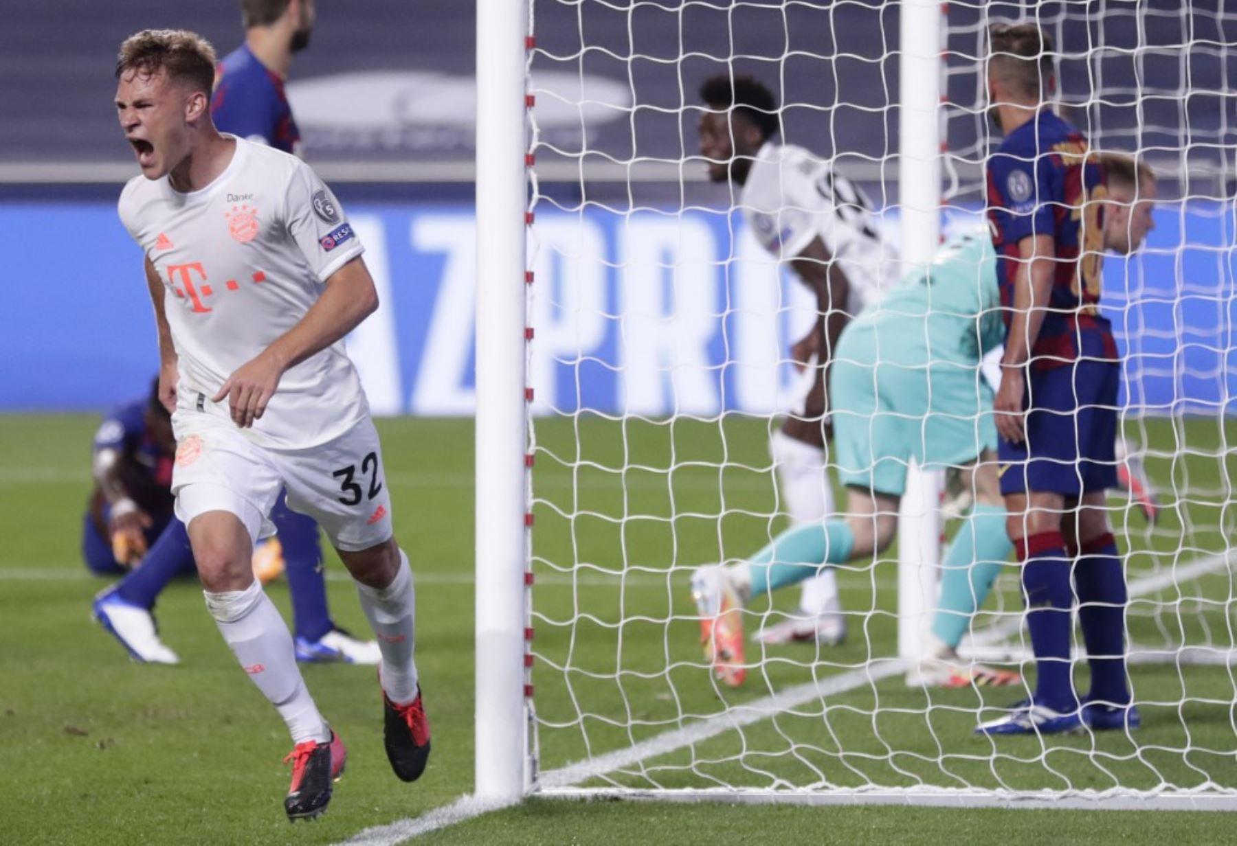 El centrocampista alemán del Bayern Munich Joshua Kimmich. Celebra después de anotar el quinto gol de su equipo durante el partido de fútbol de cuartos de final de la UEFA Champions League entre el Barcelona y el Bayern Munich en el estadio Luz de Lisboa.Foto: AFP