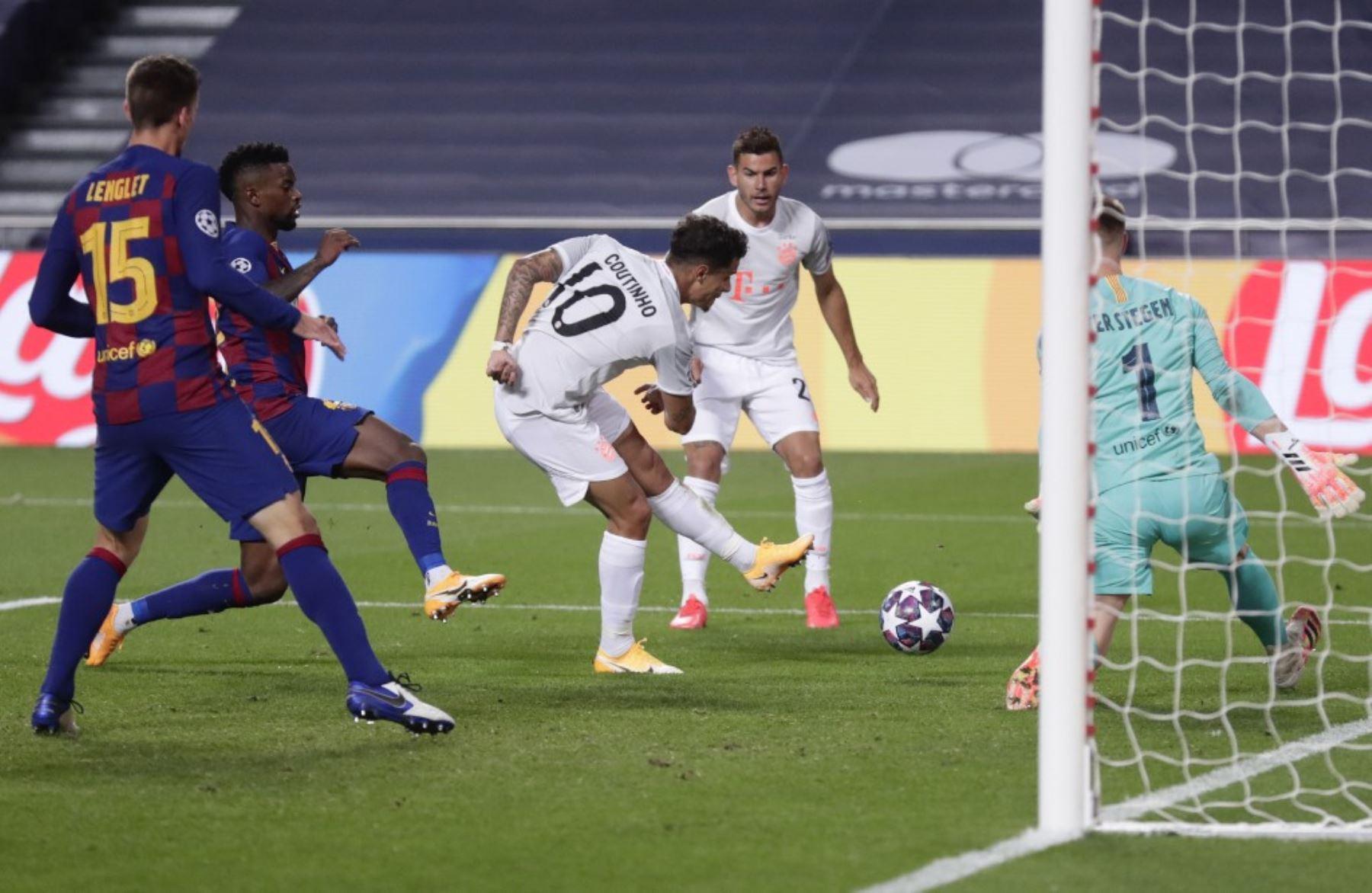 El centrocampista brasileño del Bayern Munich Philippe Coutinho anota el octavo gol de su equipo durante el partido de fútbol de cuartos de final de la Liga de Campeones de la UEFA entre Barcelona y Bayern Munich en el estadio Luz de Lisboa.Foto:AFP