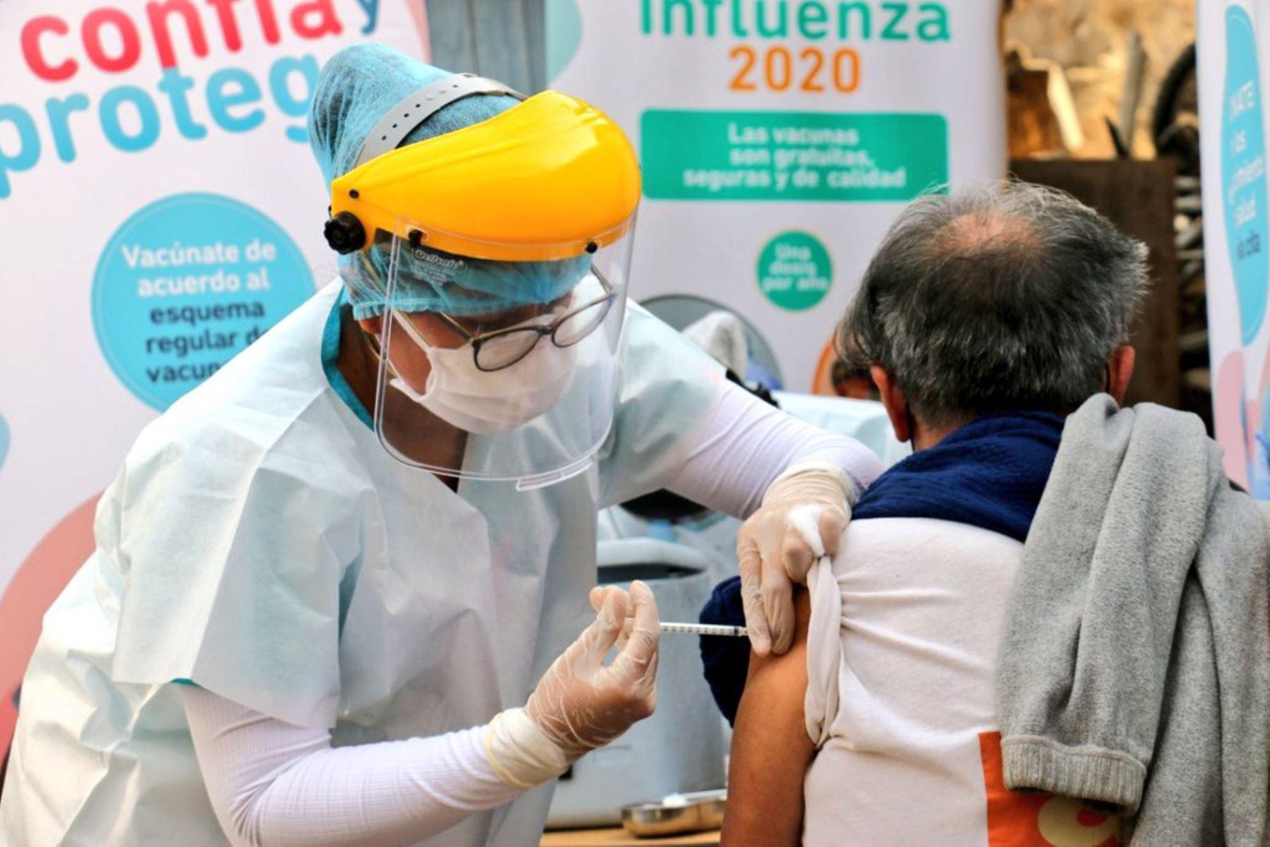El ministerio de Salud presentó el Punto Estratégico Popular de Vacunación en el comedor Sara Rodríguez en San Juan de Lurigancho, donde se brindará atención a menores de 5 años, gestantes y adultos mayores de 60 años.  Foto: ANDINA/MINSA