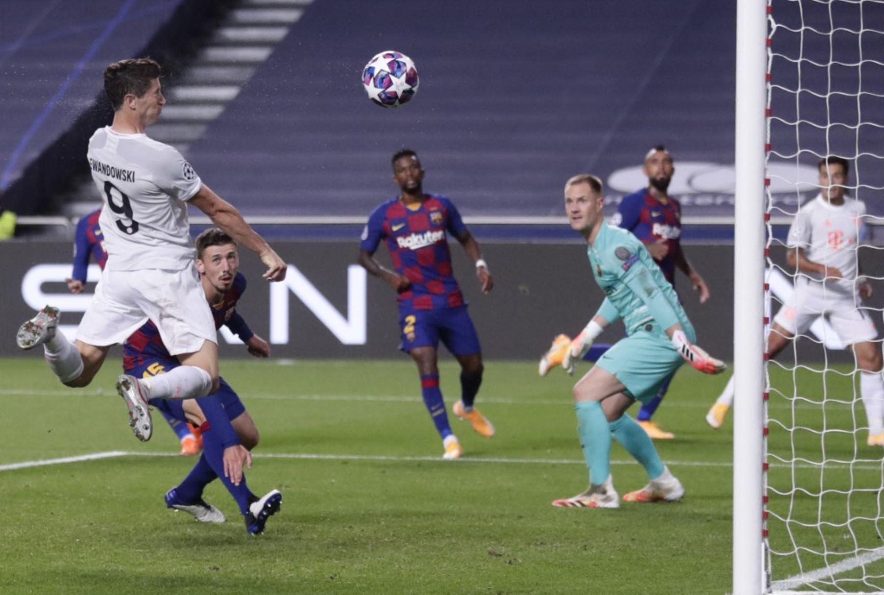 El delantero polaco del Bayern Munich Robert Lewandowski anota un cabezazo durante el partido de fútbol de cuartos de final de la Liga de Campeones de la UEFA entre Barcelona y Bayern Munich en el estadio Luz de Lisboa.Foto:AFP